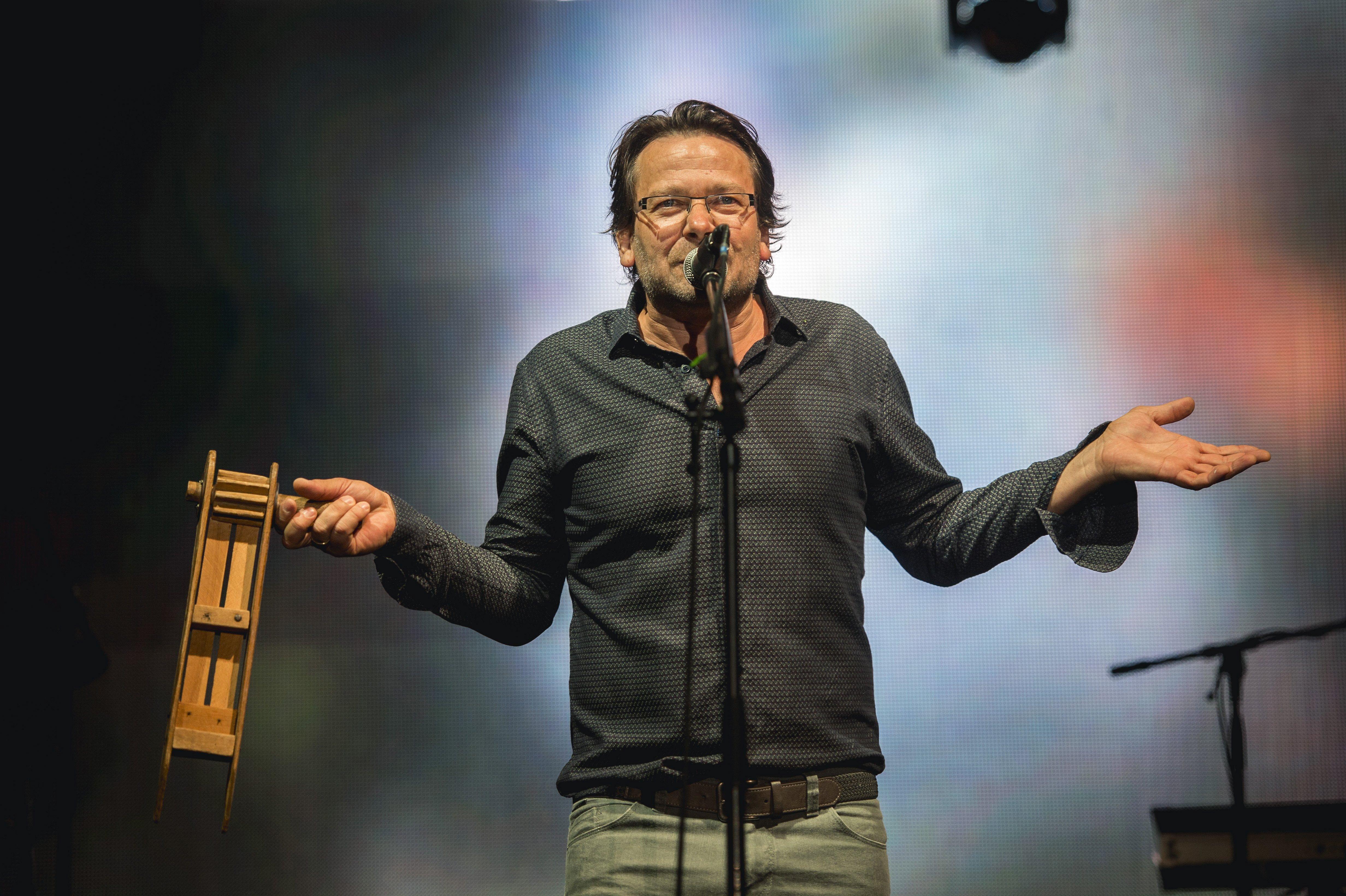 Pályázaton osztja szét Lovasi András a raktárkoncertes gázsiját