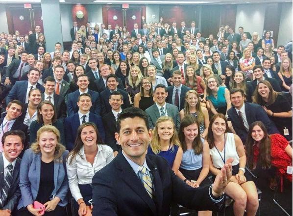 Túl fehérek a republikánus Paul Ryan gyakornokai, beindult a demokrata fotózkodás