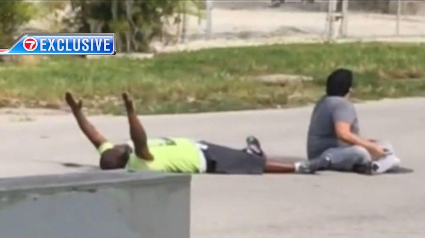 Földön fekvő, fegyvertelen, kezét feltevő fekete férfira lőttek a miami rendőrök