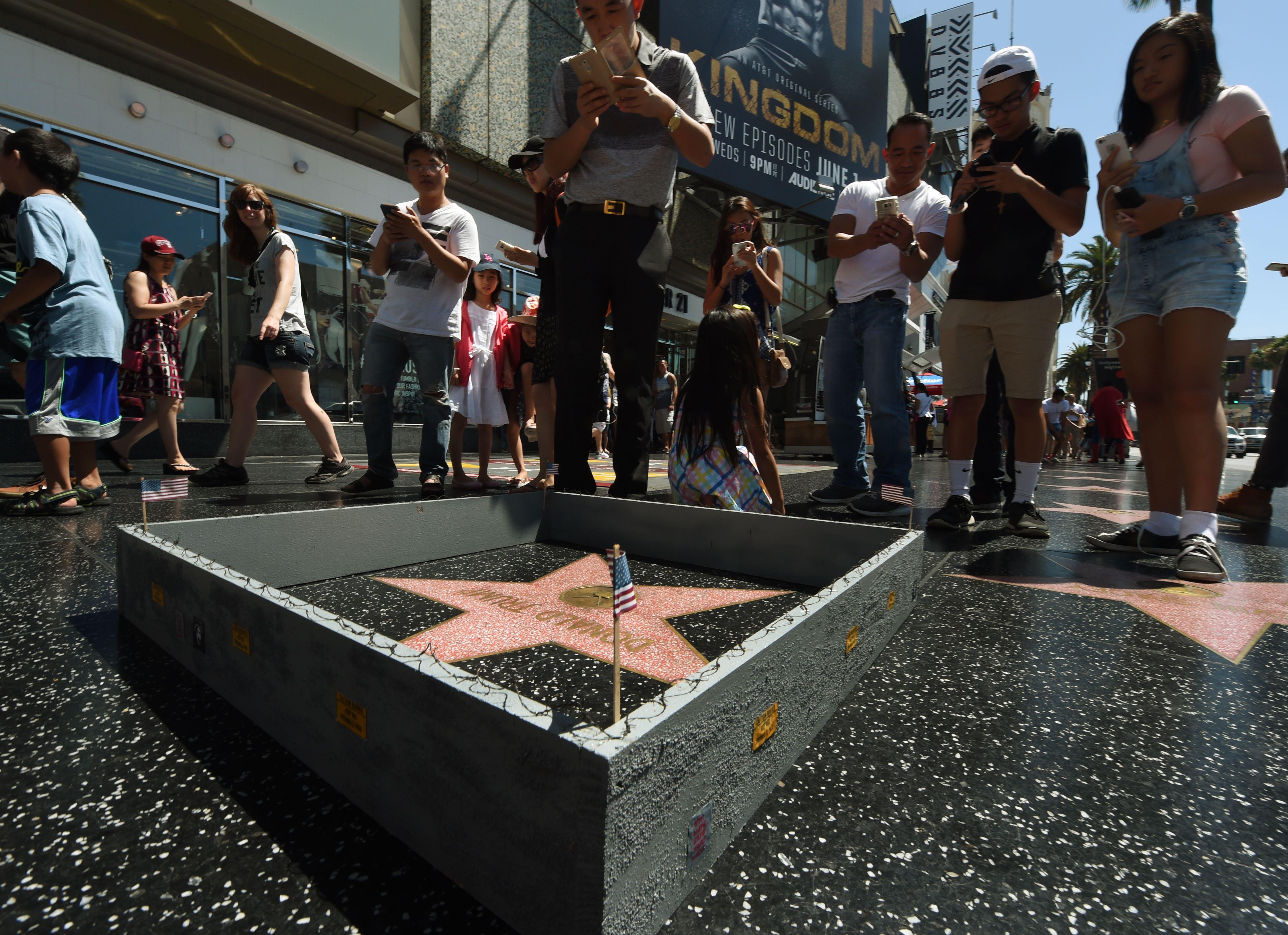 Trump-rajongók egy csomó Trump-csillagot ragasztottak a hollywoodi hírességek sétányára