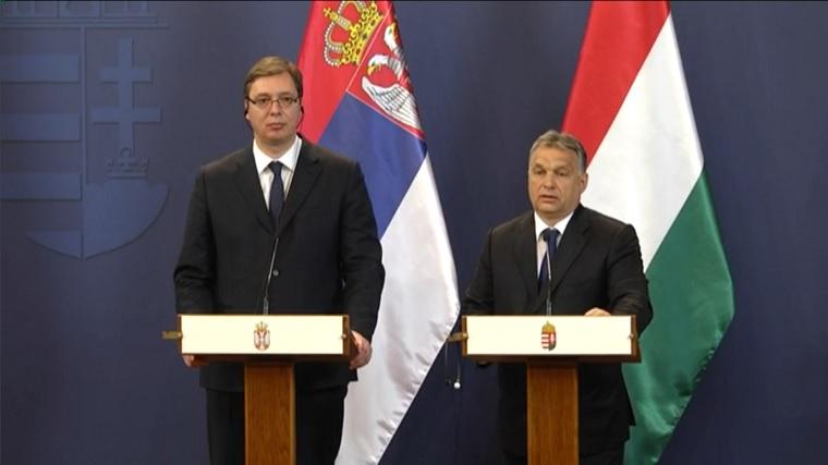 """Sokat kritizálták a szerb kormányt a független média elhallgattatása miatt, erre rendeztek egy kiállítást a """"hazug kritikákból"""""""