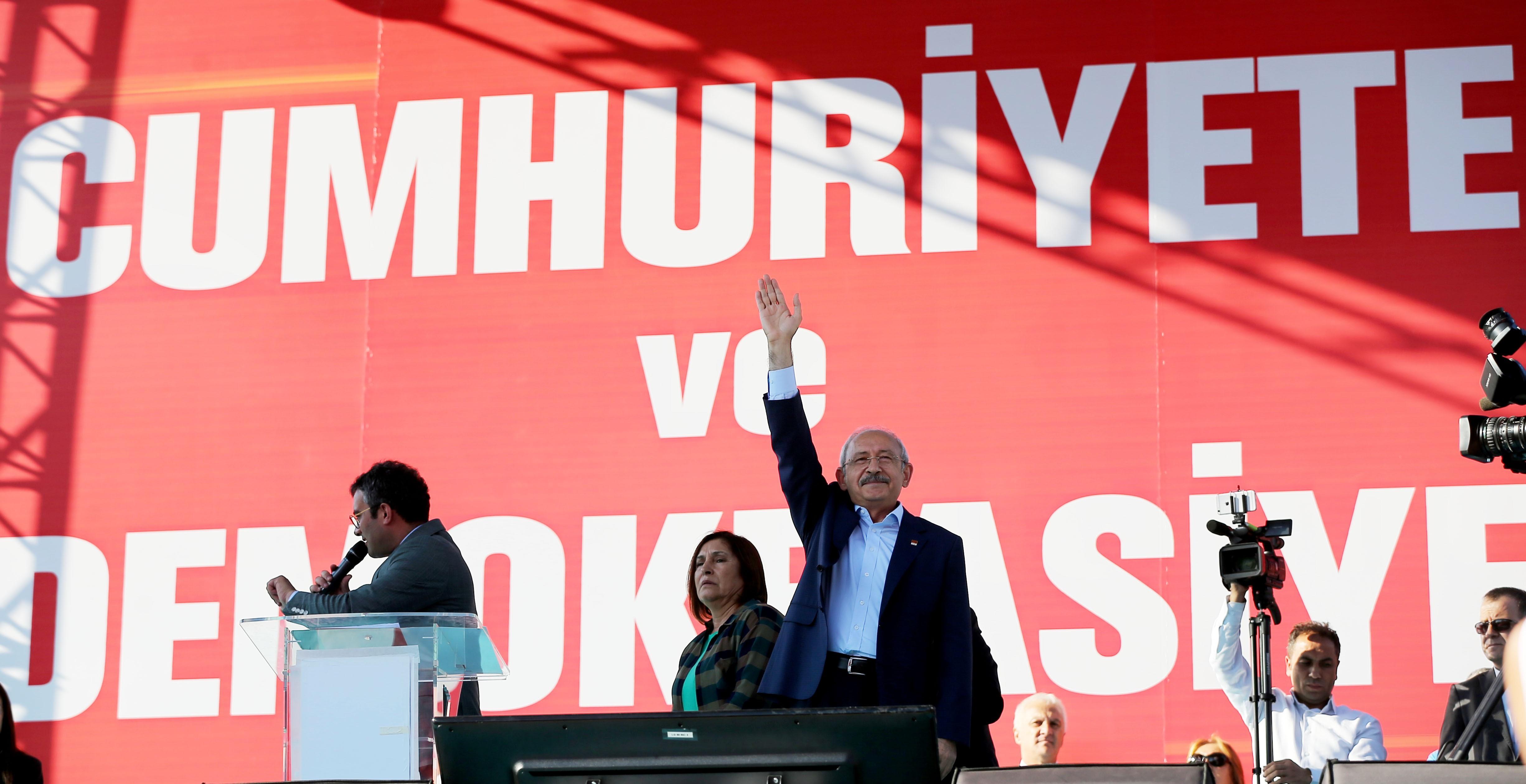 """Egy török ellenzéki vezető szerint Erdoganék előre tudtak a puccskísérletről, így az """"ellenőrzött"""" keretek között zajlott le"""