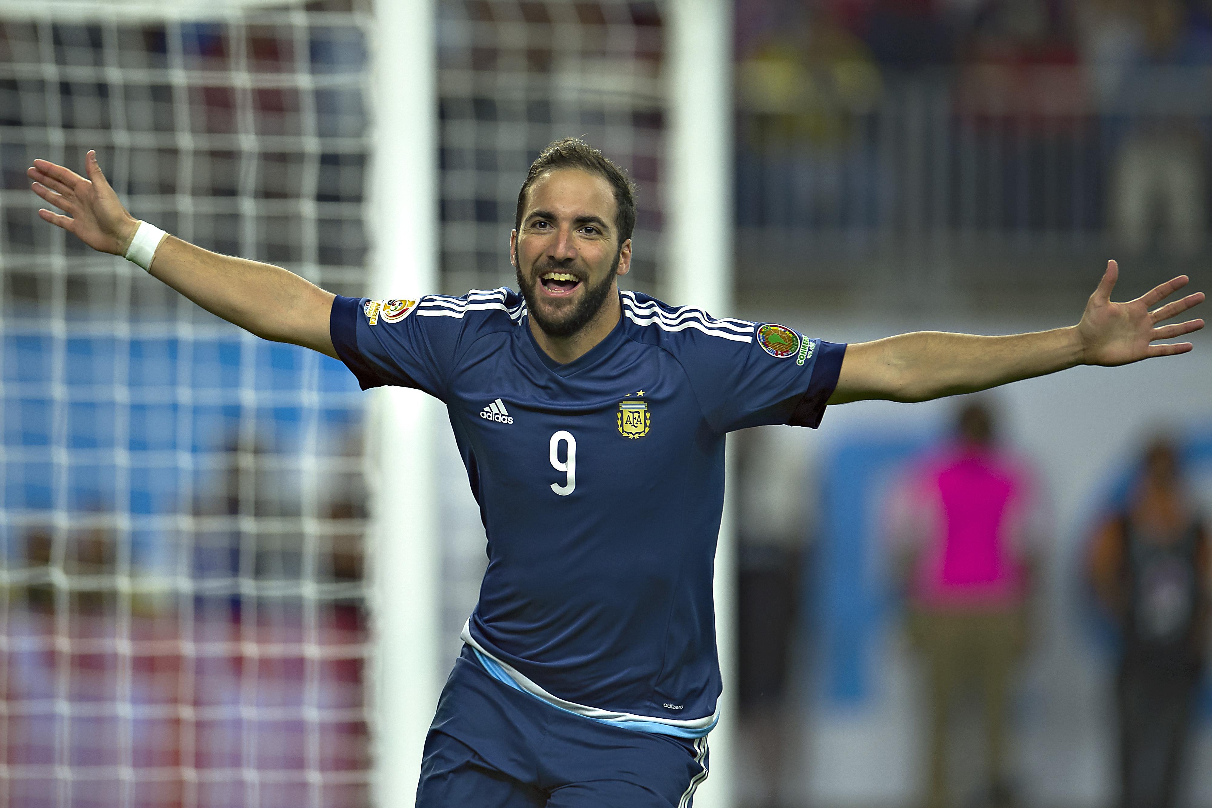 Gonzalo Higuaint 94 millió euróért megvette a Juventus, ő minden idők második legdrágább focistája