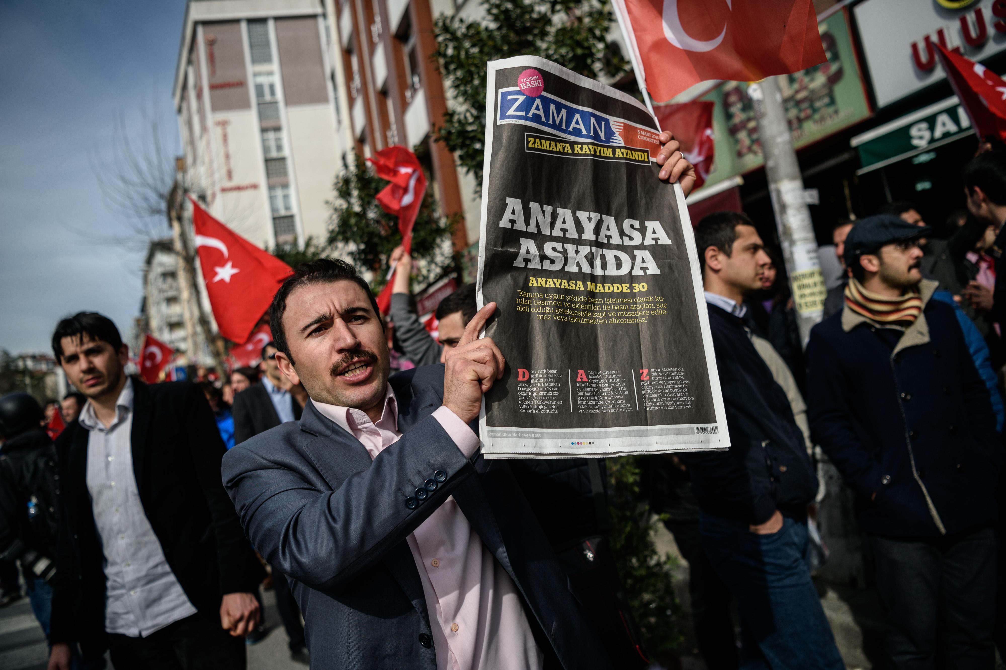 Több mint 130 médiumot záratnak be Törökországban a puccs után