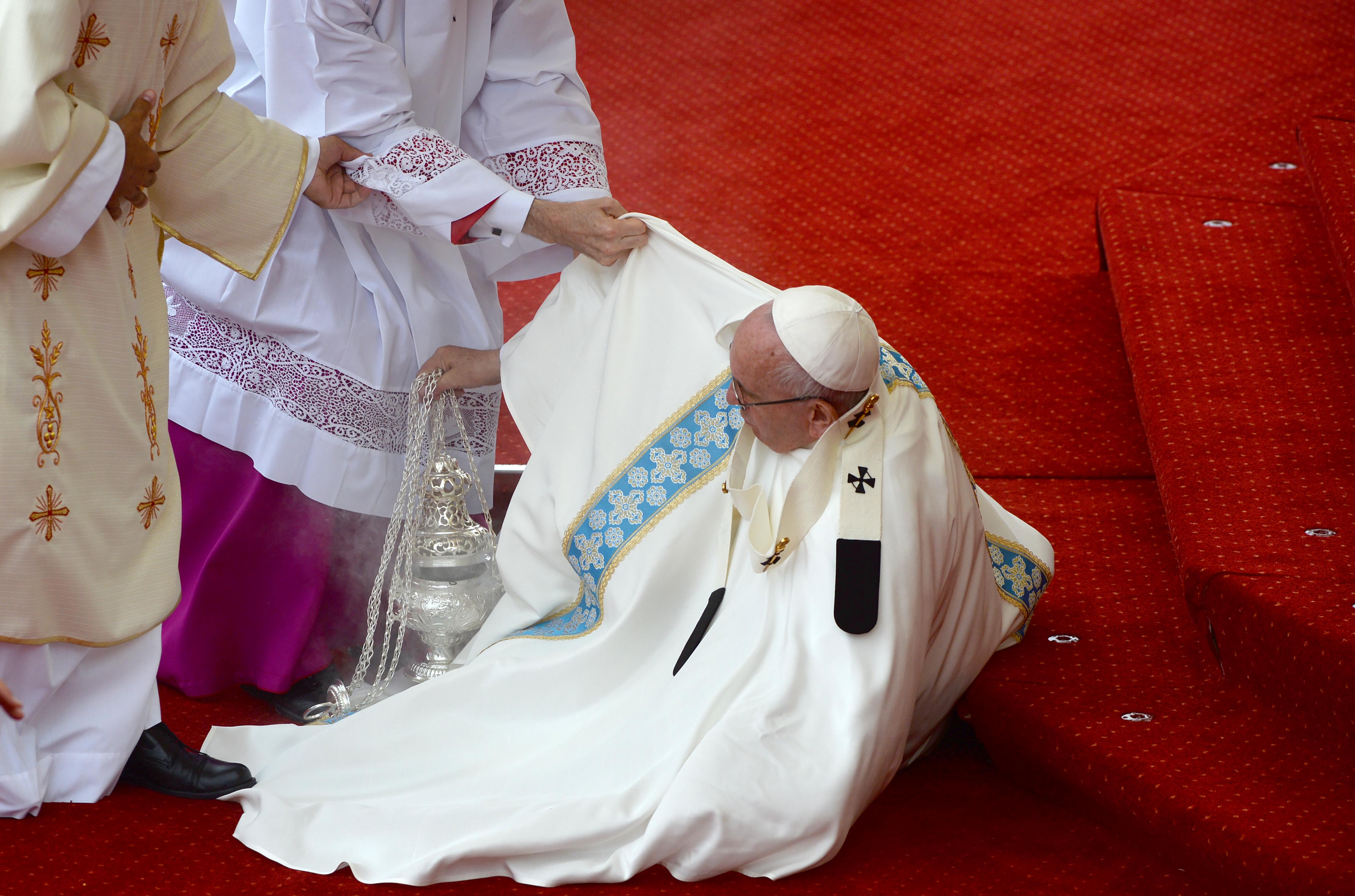Nagyot esett, de nem sérült meg a pápa Krakkóban