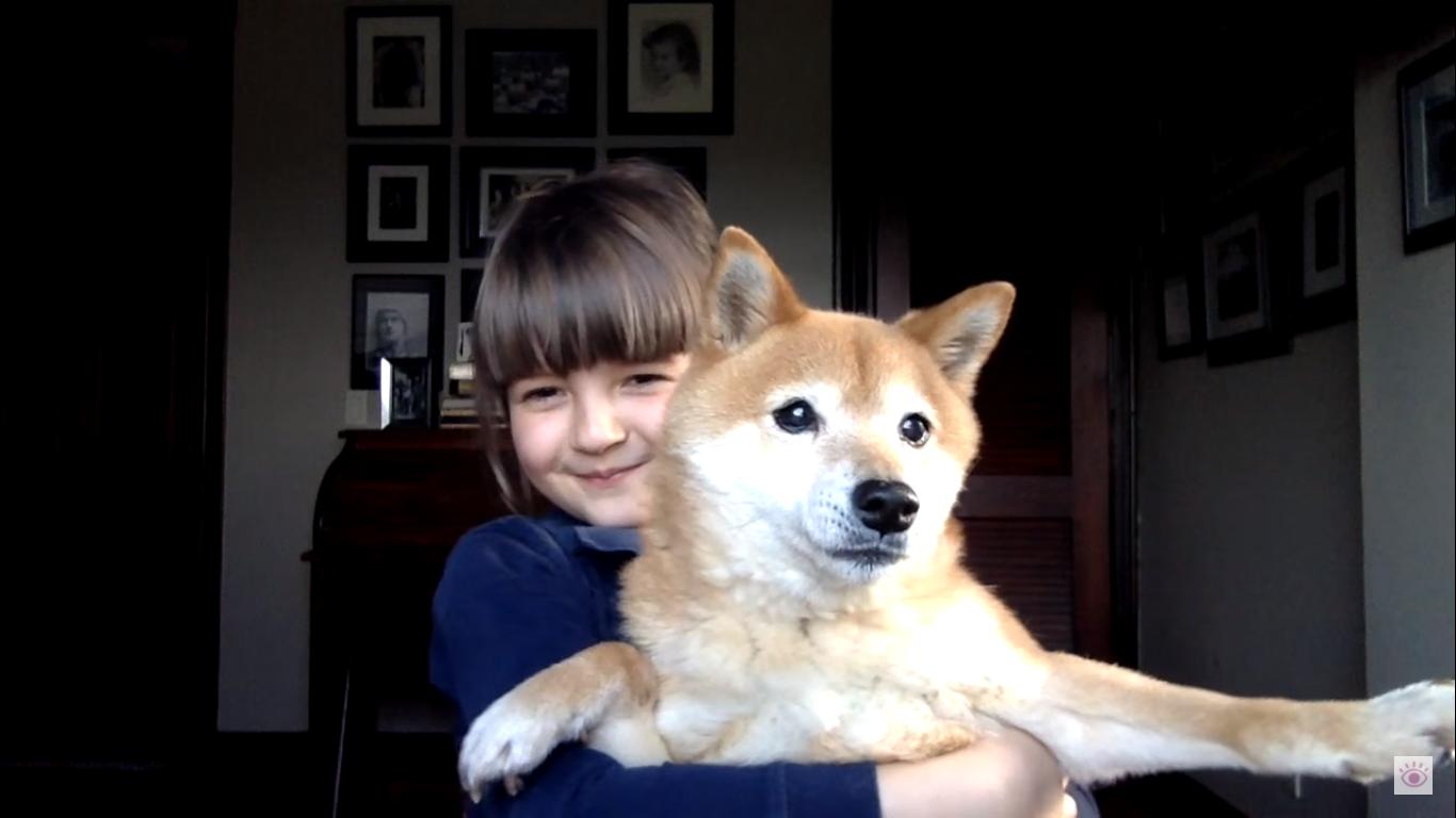 Filmkritikákat ír a nyolcéves kislány