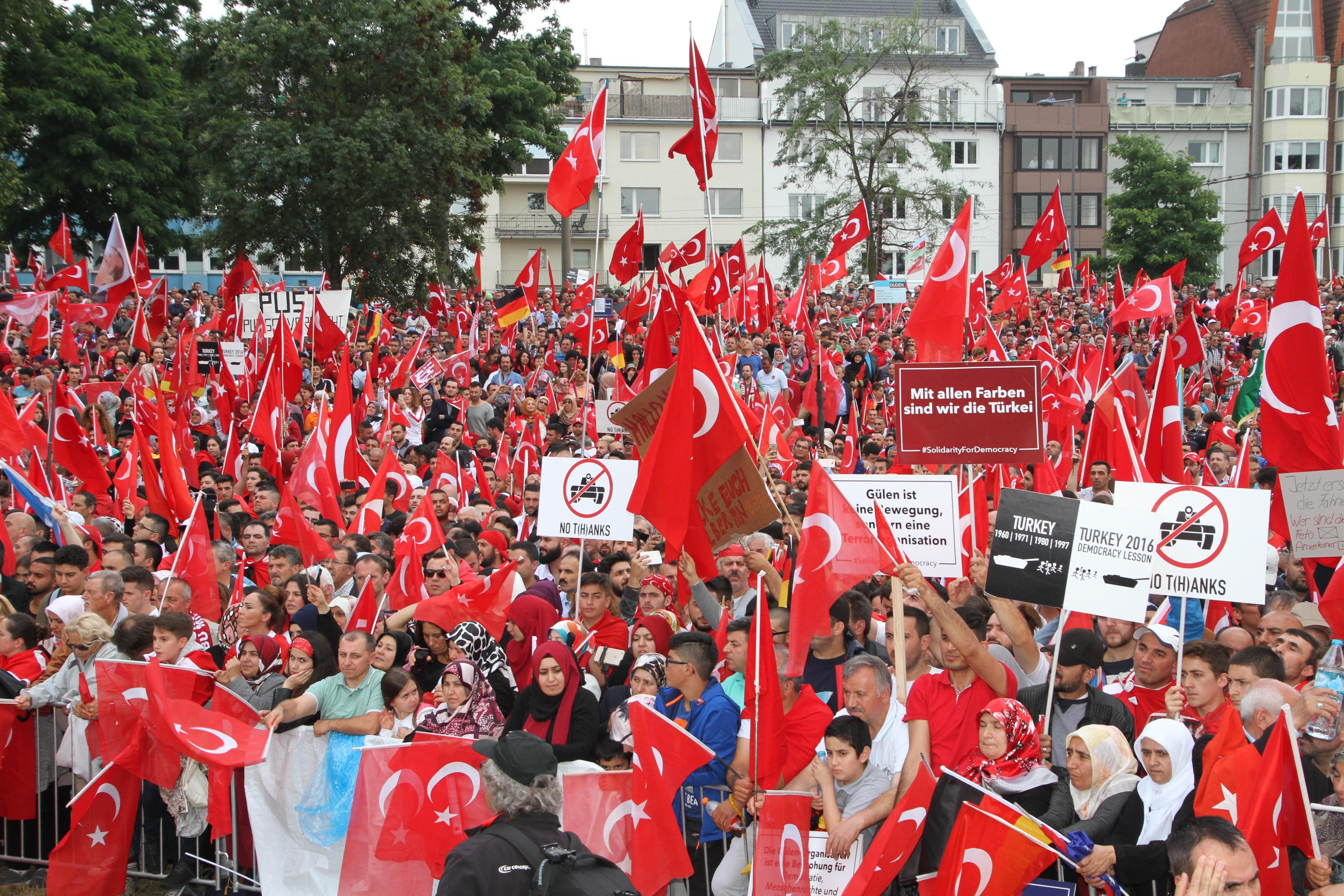 Több tízezren vonultak utcára Kölnben, hogy kiálljanak Erdogan mellett