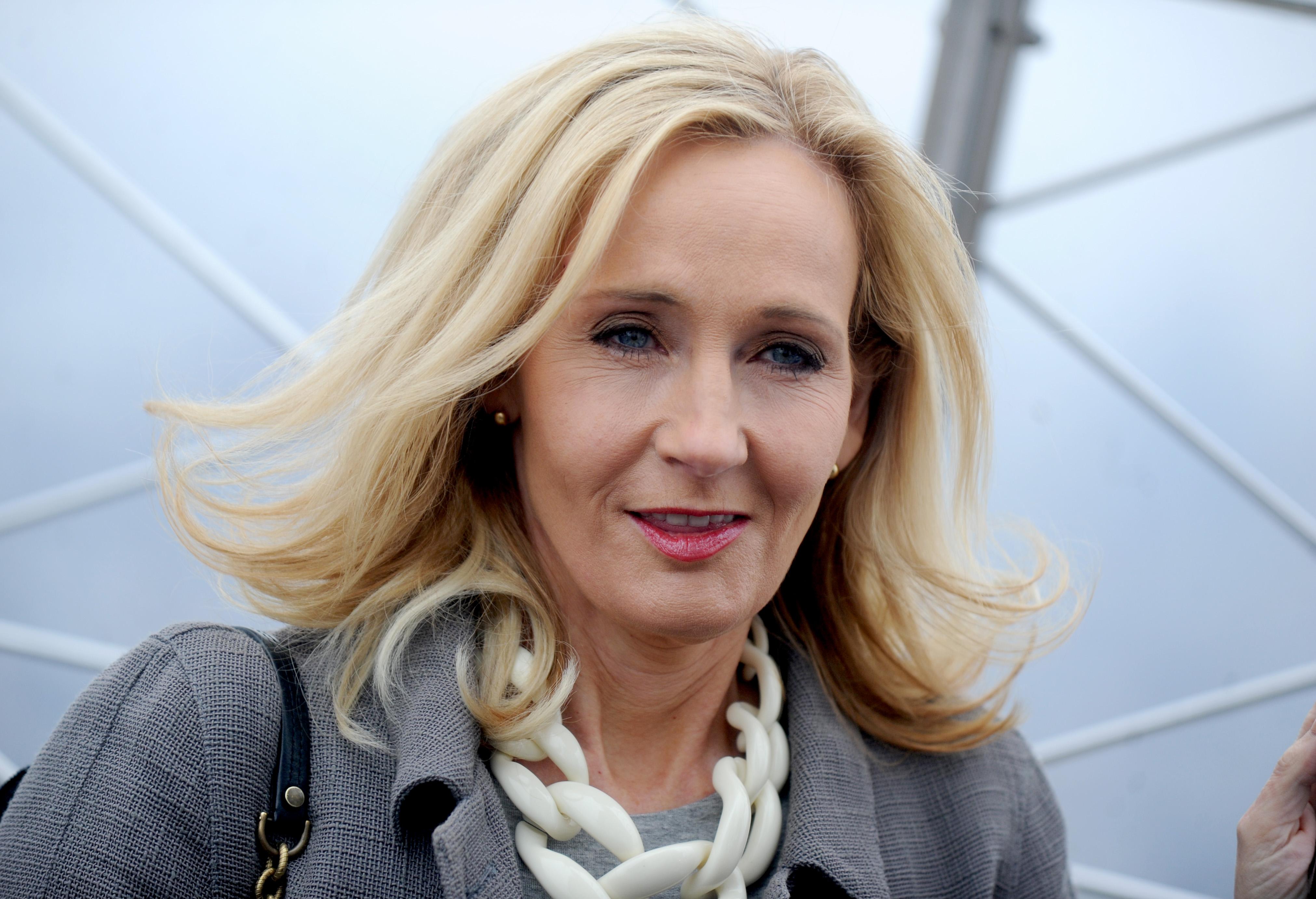 J.K. Rowlingot transzfóbnak nevezték, miután felvetette, hogy csak a nők menstruálnak