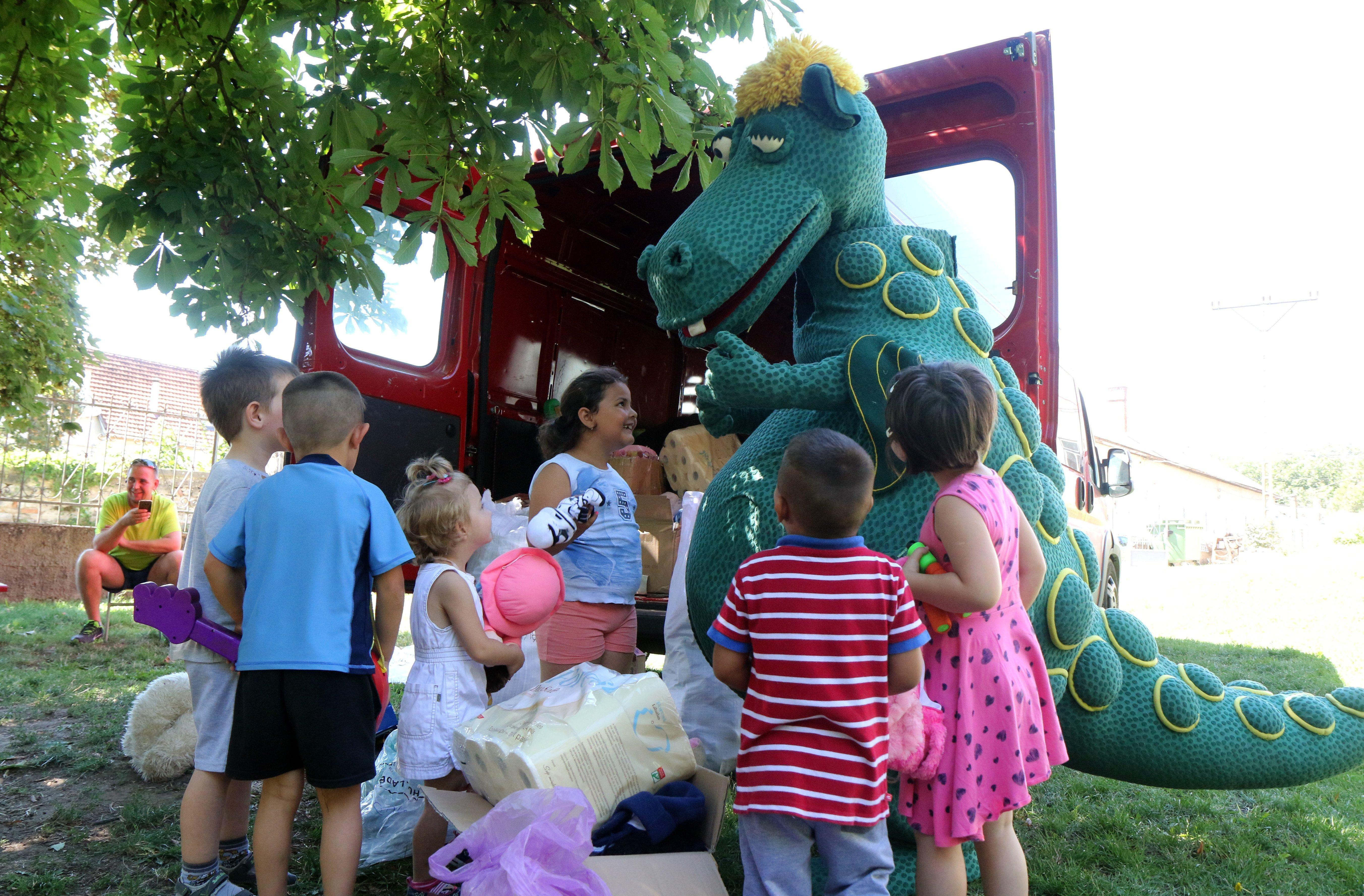 Süsü, a sárkány vitt ajándékokat a hátrányos helyzetű gyerekeknek
