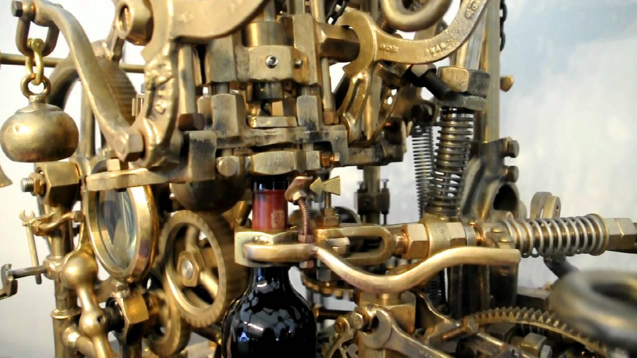300 fémhulladék-darabból álló, a bort ki is öntő bornyitó-gépet árvereznek el