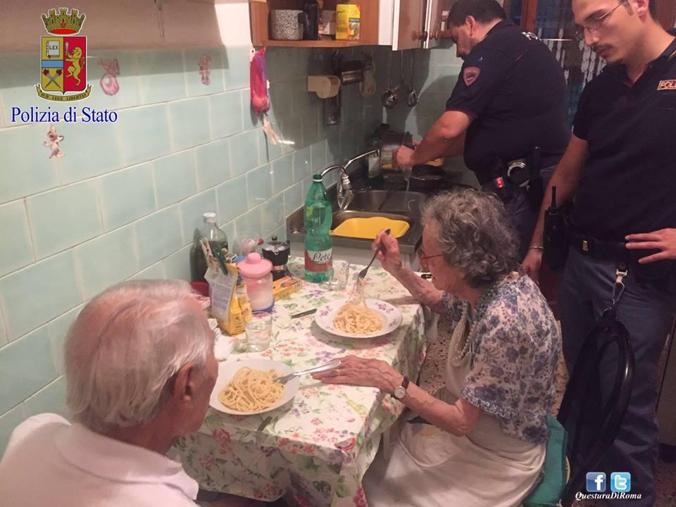 Vacsorát főztek a római rendőrök a magányosan sírdogáló öreg házaspárnak
