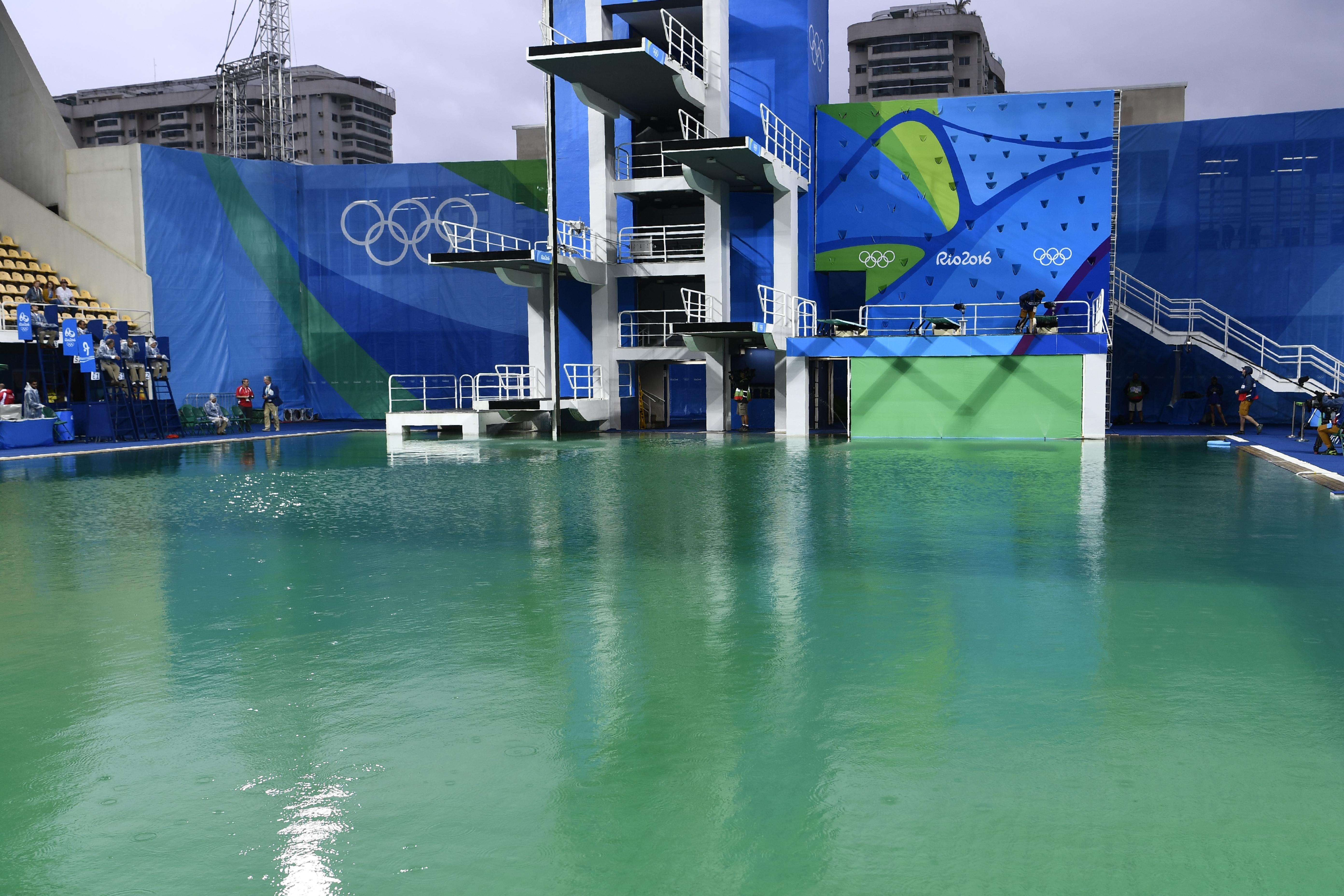 Az hagyján, hogy zöld a víze, de már fingszagú is a műugrómedence Rióban