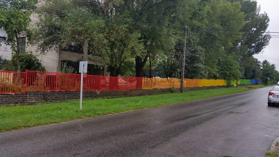 Kiakadt a jobbikos képviselő, mert szivárványszínűre festették a pomázi iskola kerítését