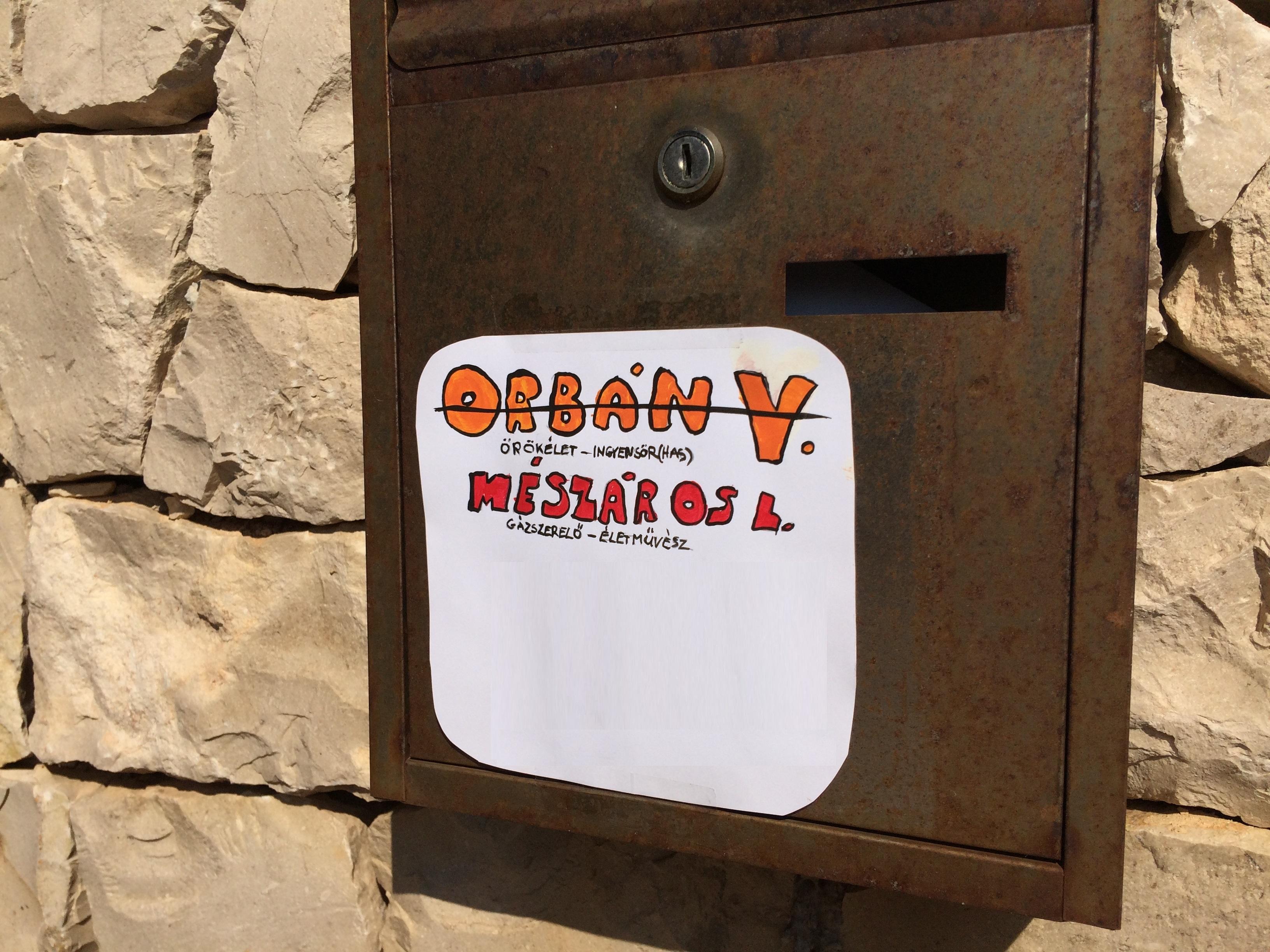 Kidekorálták Mészáros Lőrinc horvát villájának postaládáját