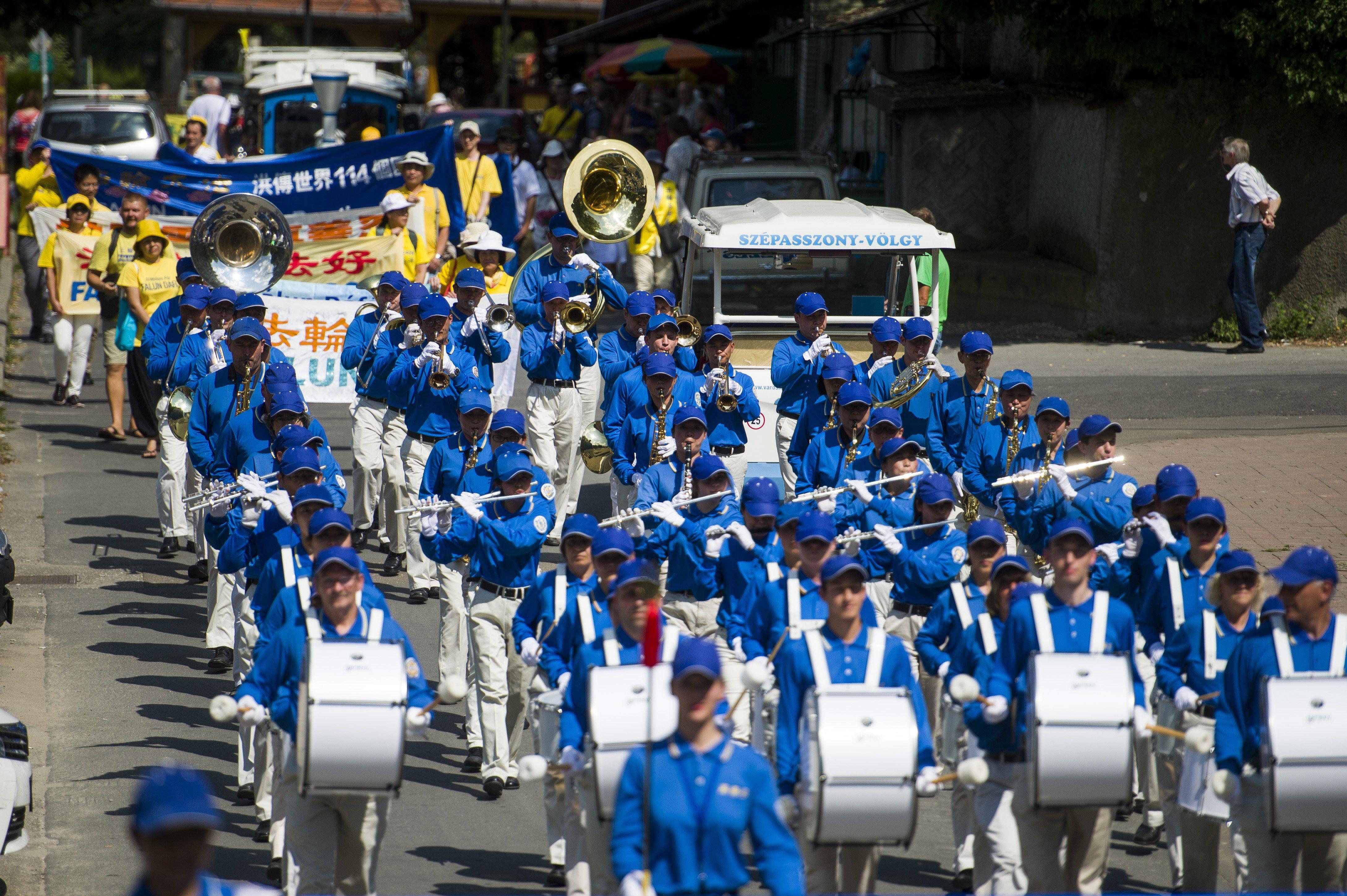 Egy 100 fős kínai menetzenekar vonult fel Egerben
