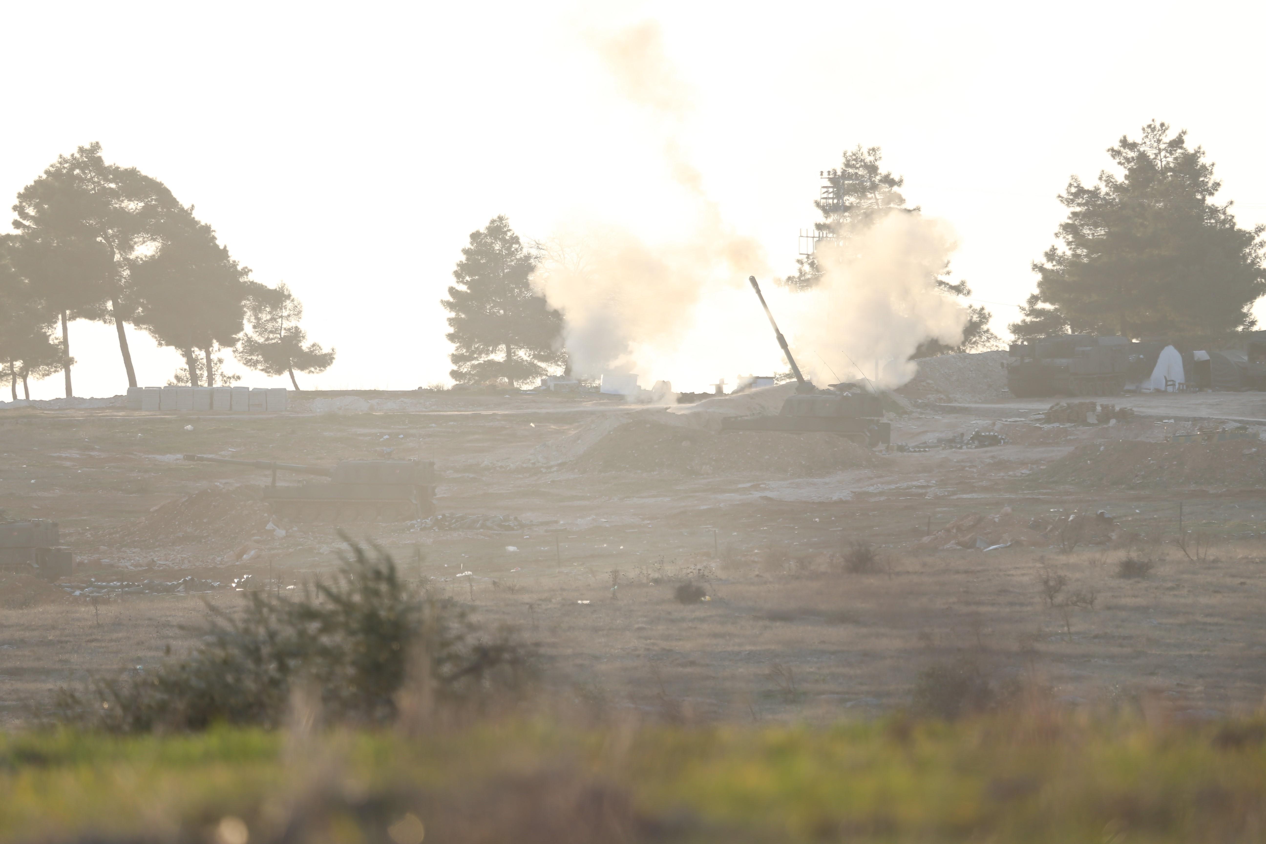 A török hadsereg egyszerre lőtte a terroristákat és a kurdokat Észak-Szíriában