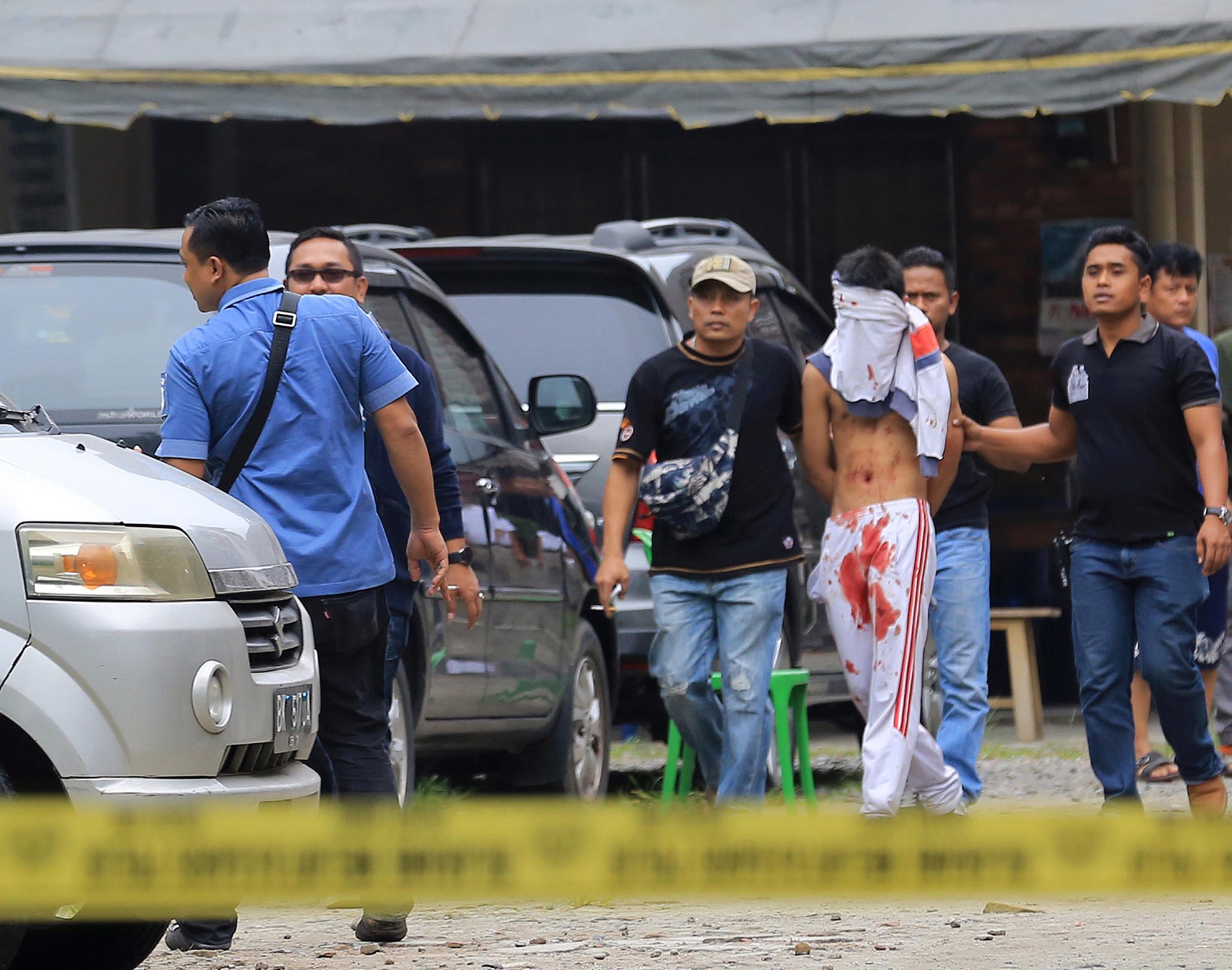 Baltával támadt a papra egy 18 éves ISIS-rajongó Indonéziában