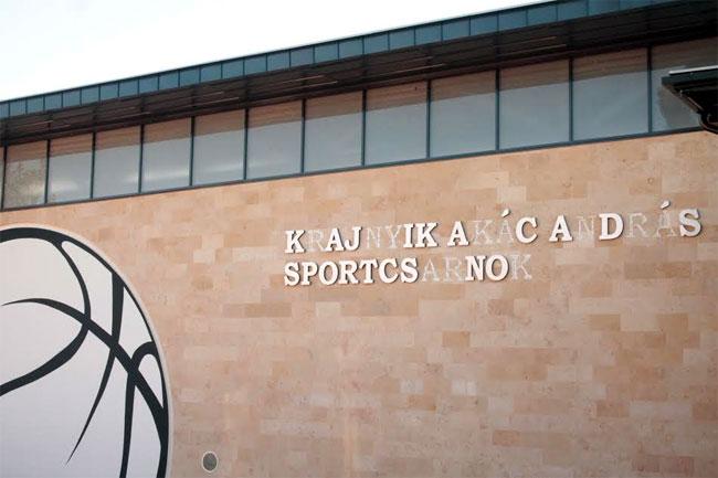 Szombaton adták át az új oroszlányi sportcsarnokot, de máris leestek róla a betűk