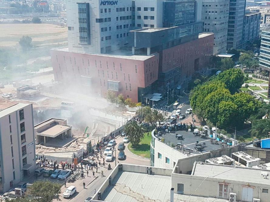 Daru omlott egy épületre Tel-Avivban