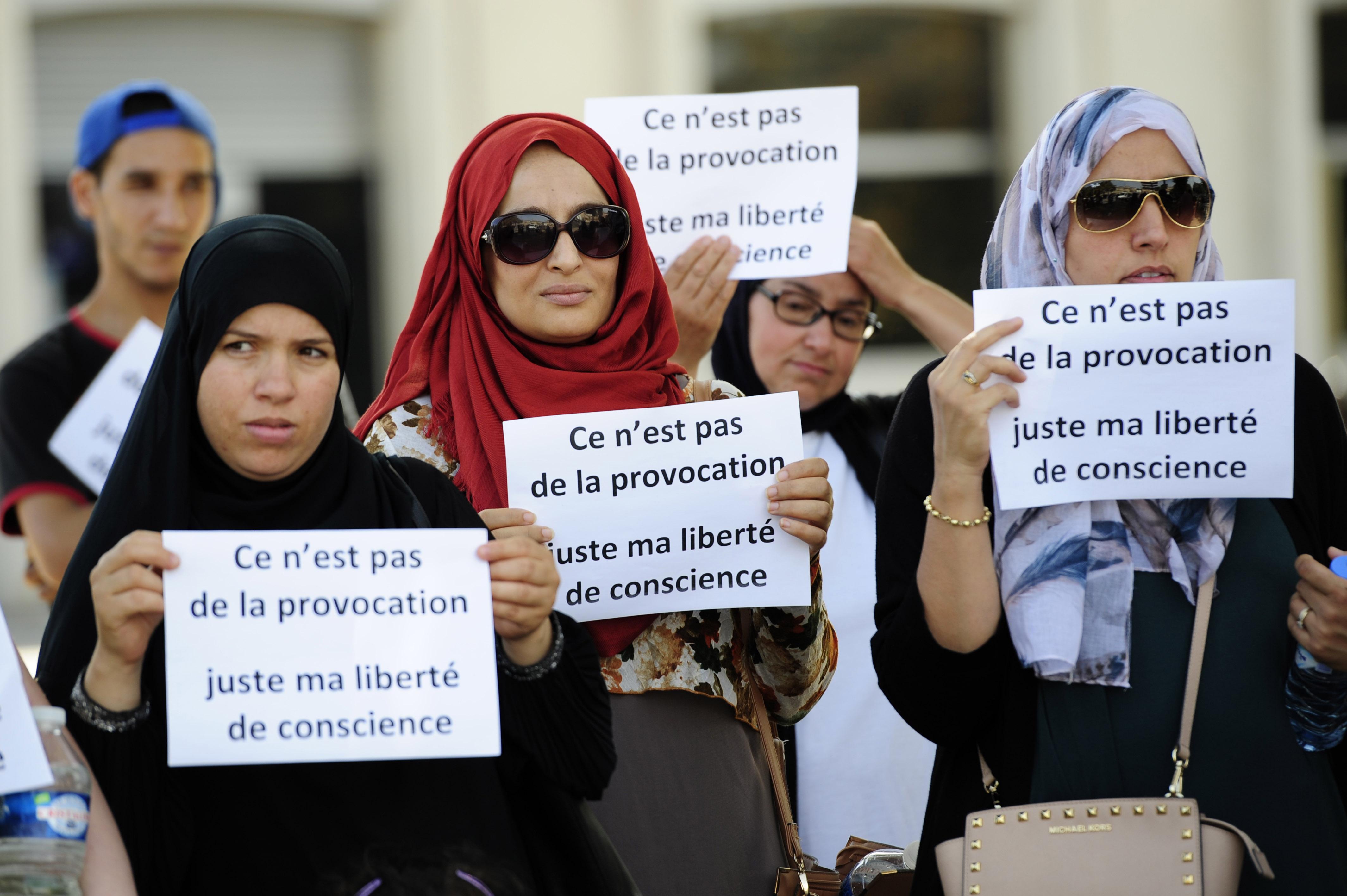 Nem engedtek be öt szülőt egy francia óvodába, mert fejkendőt viseltek
