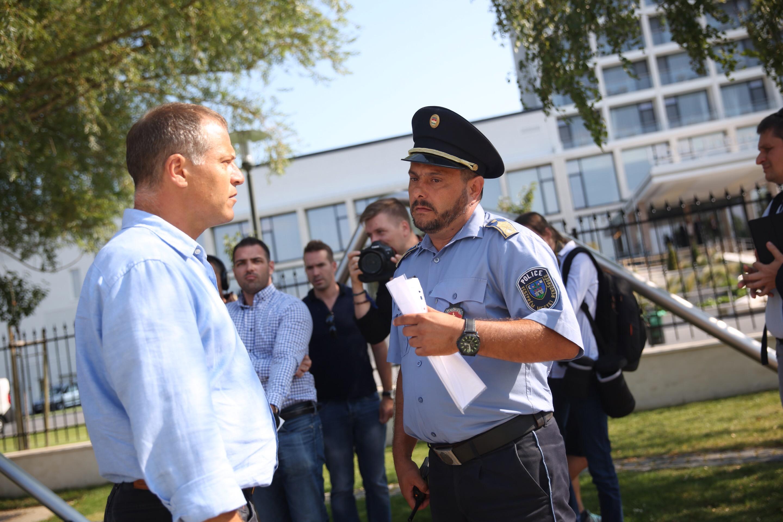 A rendőrség bepróbálkozott a Fidesz-frakció ülésénél várakozóknál, aztán amikor kiderült, hogy kamura hivatkoznak, inkább hagyták az egészet
