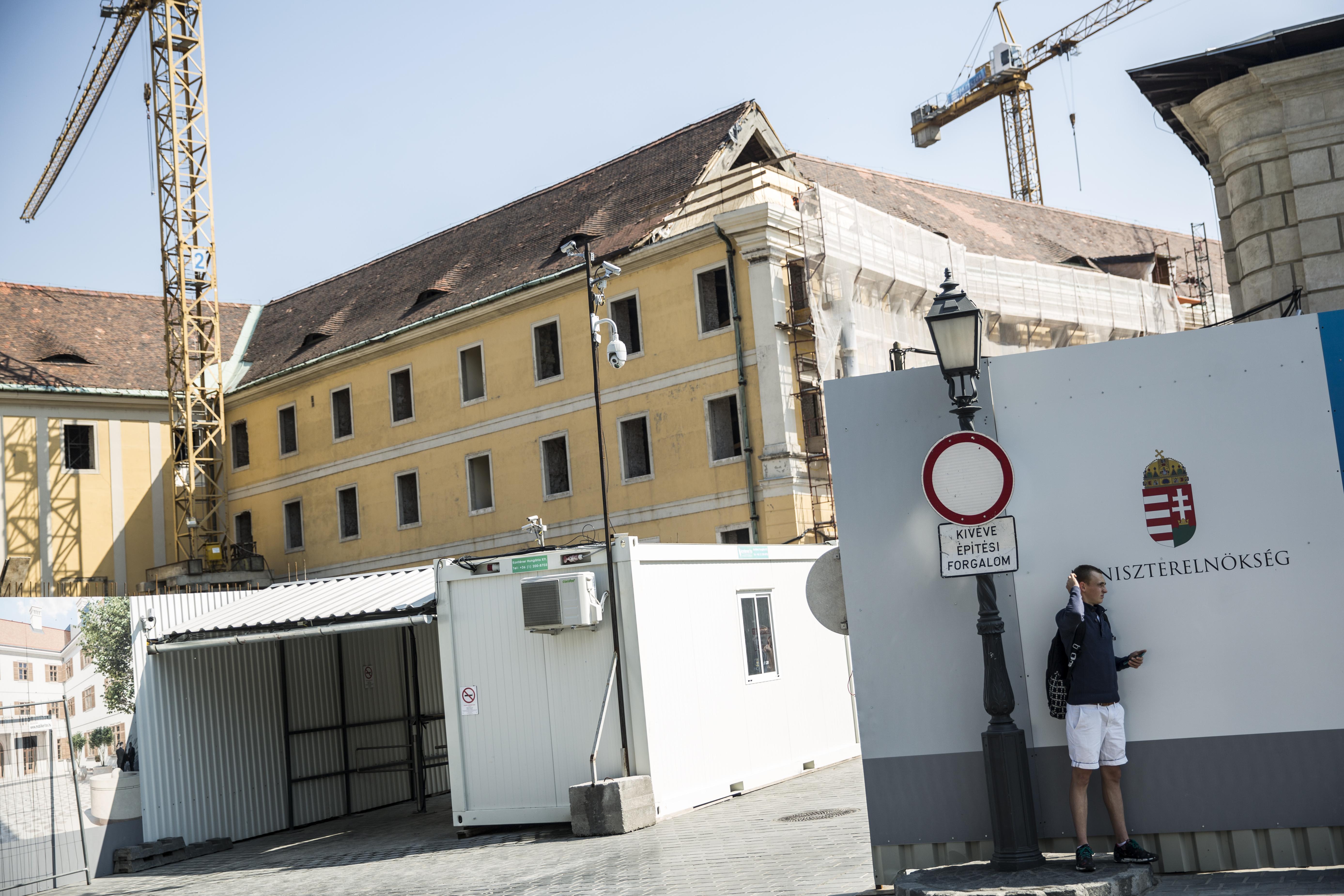 Terrorveszély miatt titkosítanák, hogy Orbán mennyiből költözik a Várba