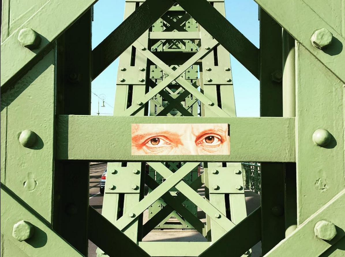 A nap kérdése: Kinek a szeme figyel a Szabadság hídon?