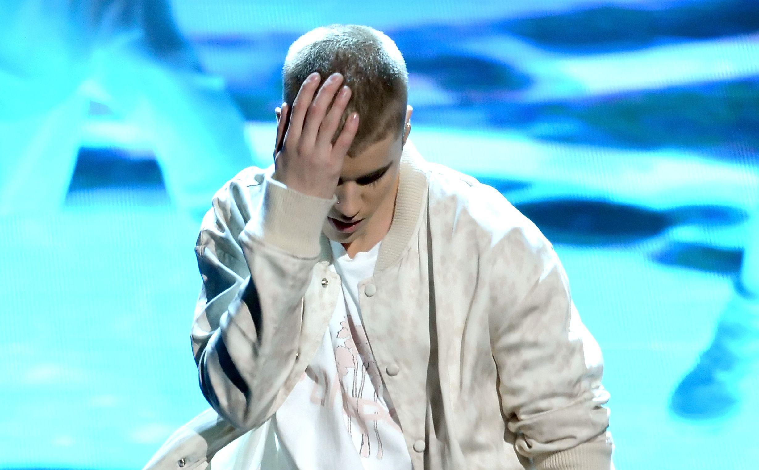 Egy augusztus 28-án elhunyt mexikói énekes végre letaszította Biebert a Youtube toplistáról
