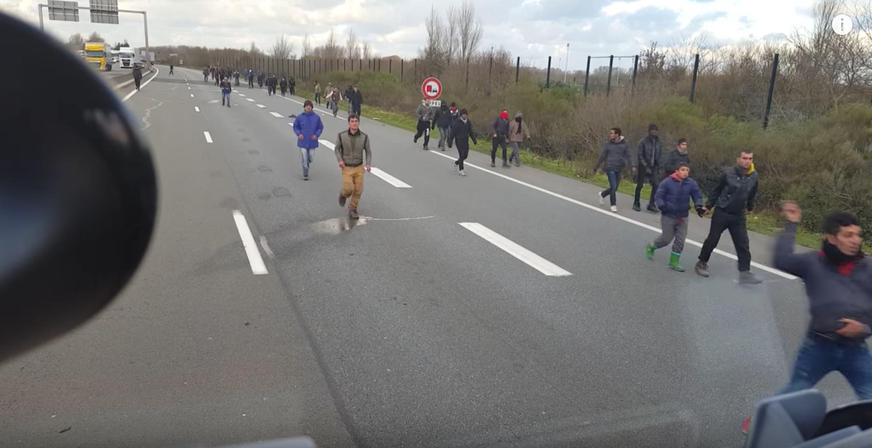 Felfüggesztett börtönt kér az ügyészség a menekültek közé hajtó magyar kamionosra