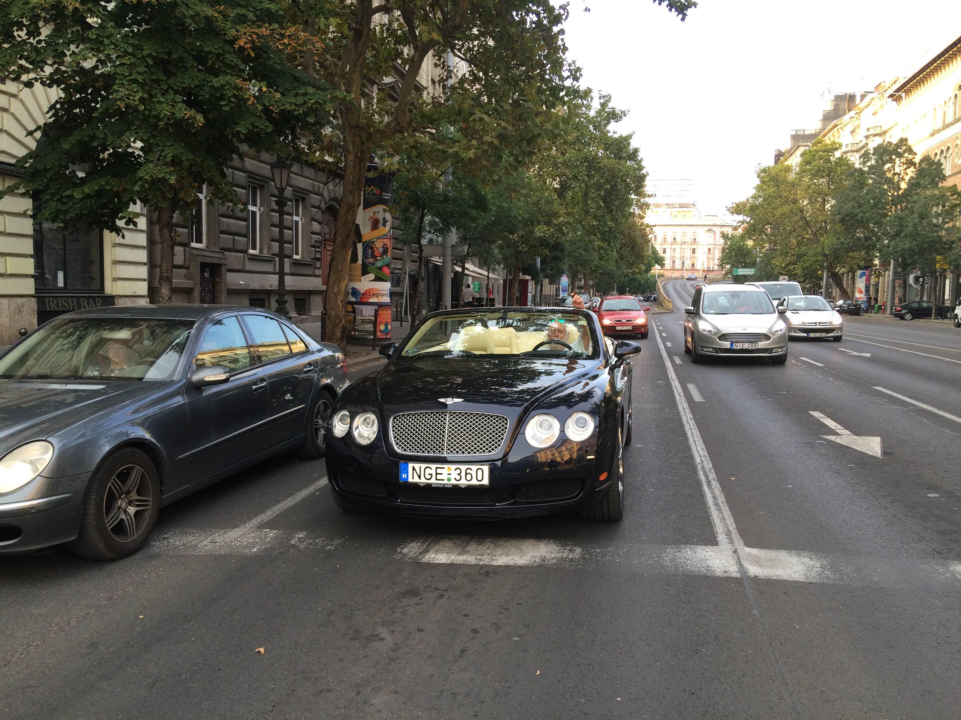 Vajon ki szivarozik ilyen jókedvűen ebben a Bentley Continentalban a Bajcsynál?