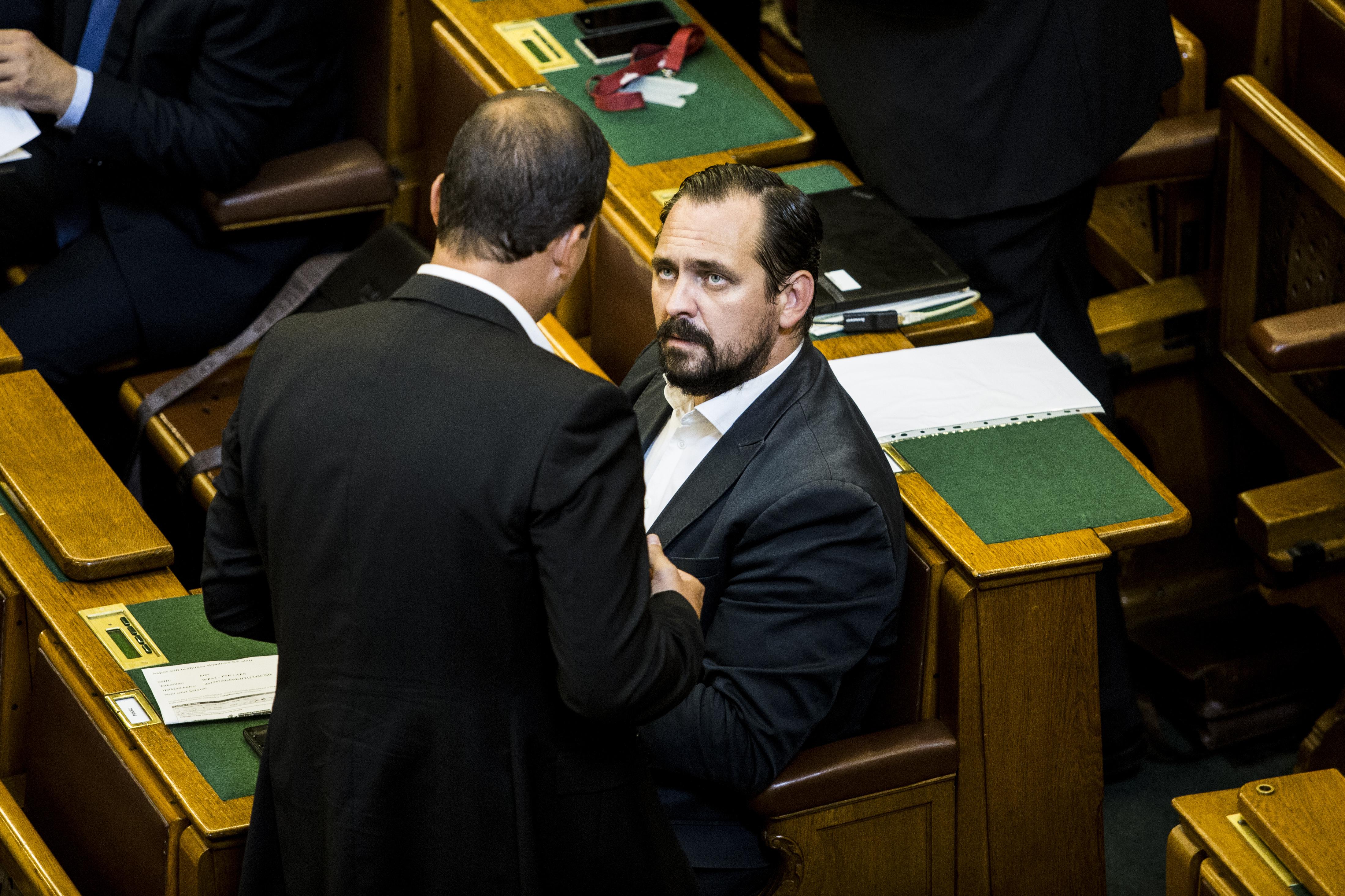 Megszólalni se mernek a Fidesz fekete bárányai a parlamentben