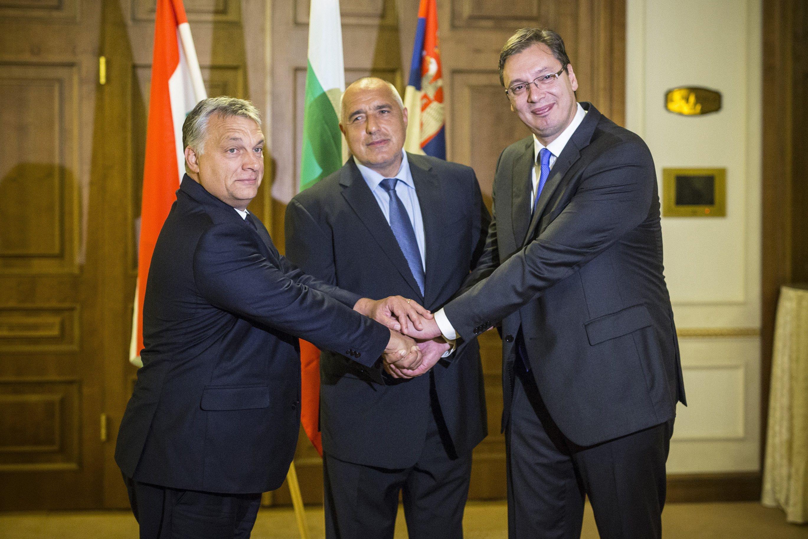 Orbán Burgaszban van, ahol meg fogja tekinteni a migránsáradatot