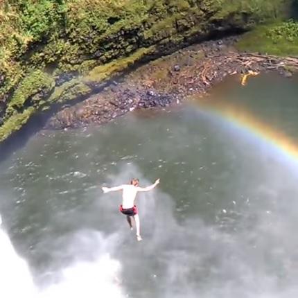 Az idióta turista akkorát ugrott egy hawaii vízesésről, hogy elájult, és ki kellett menteni