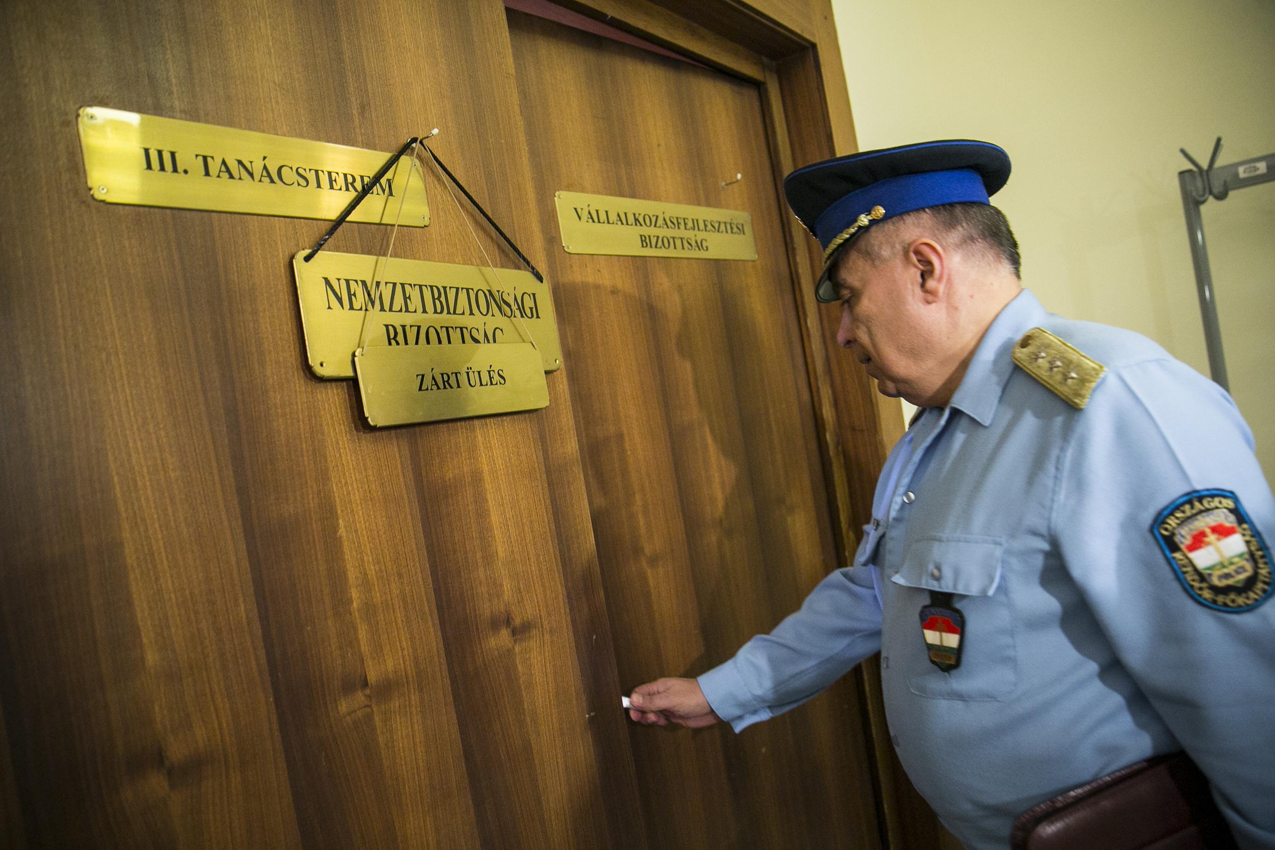 A Fidesz képviselői megakadályozták, hogy Pintér Sándornak beszélnie kelljen a lehallgatási botrányról a nemzetbiztonsági bizottságban