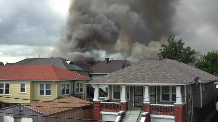 Elrohant a tűzoltók mellett, és kimentette laptopját az égő házból a New Orleans-i író