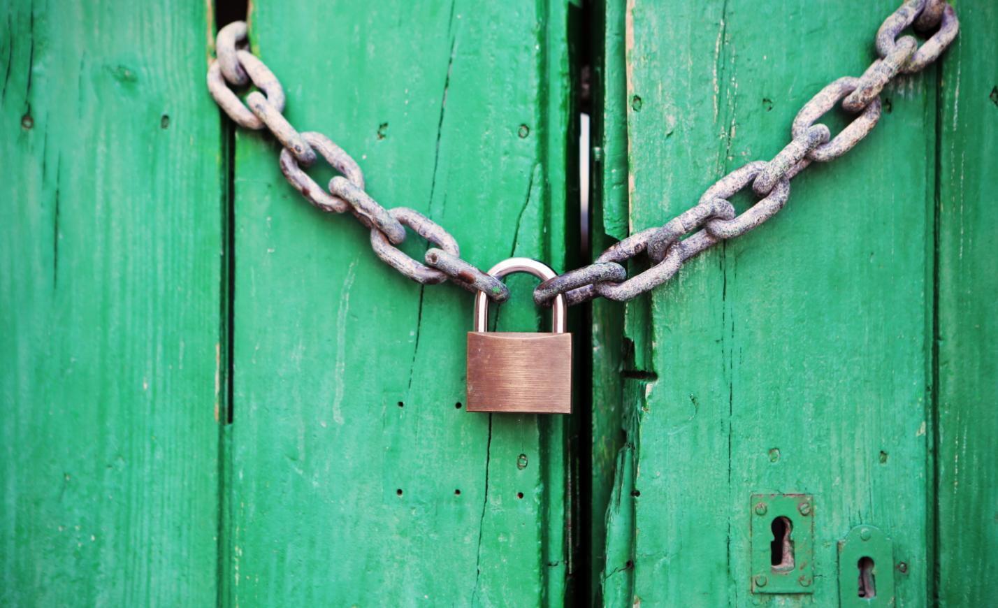 Lelakatolták a baracskai szavazókör kapuját