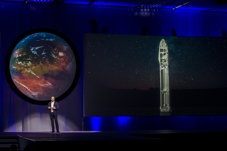 Elon Musk cége két űrturistával repülné körbe a Holdat 2018-ban