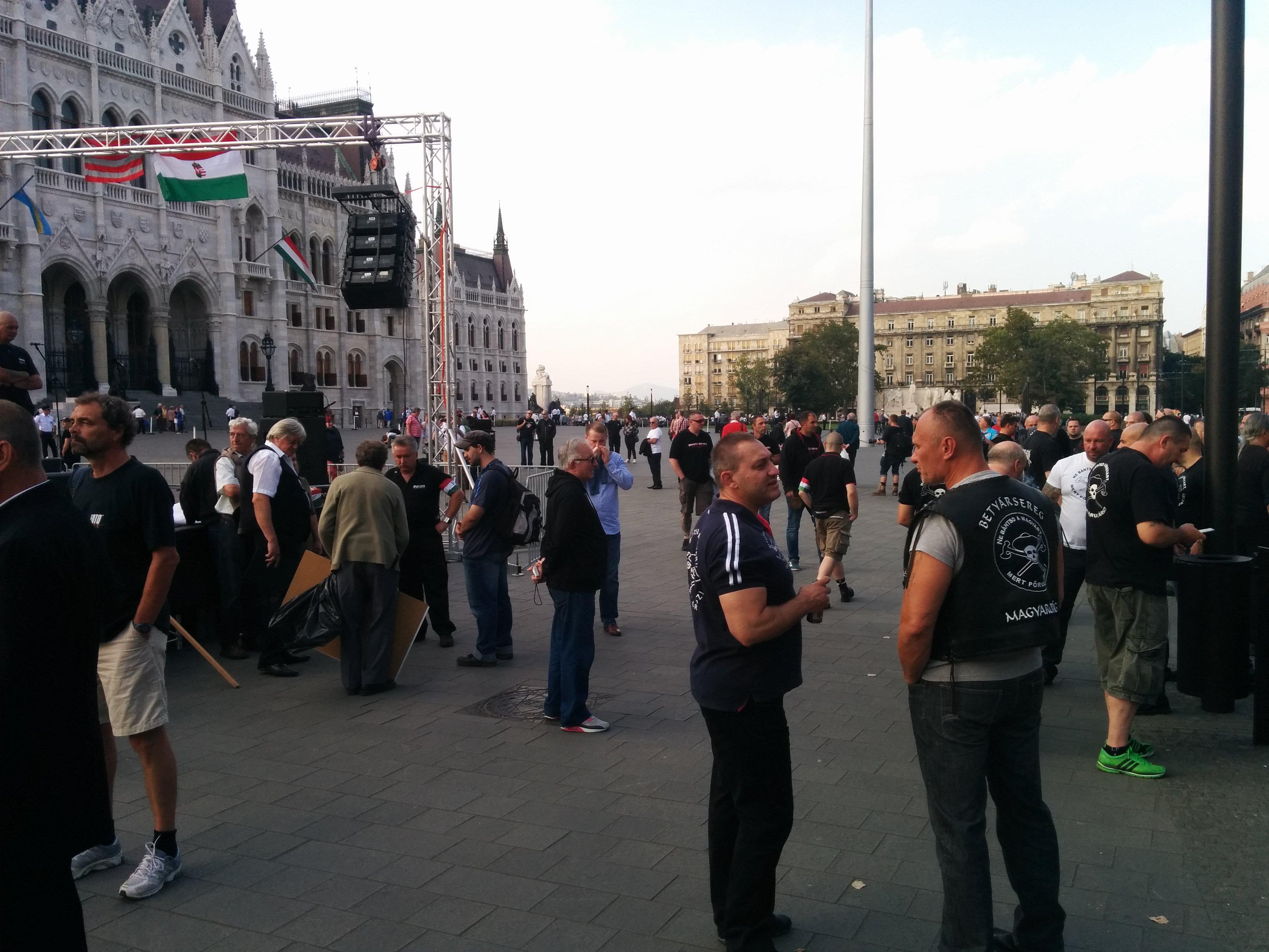 Két világ találkozása: a DK és a Betyársereg is a Kossuth téren tüntet
