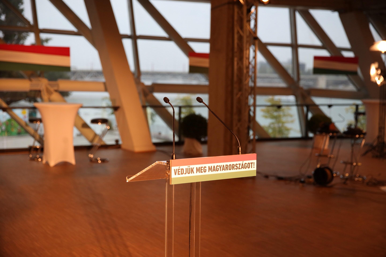 Íme a NER teljes pompájában: Orbán Viktor sajtótájékoztatóján nem lehetnek újságírók