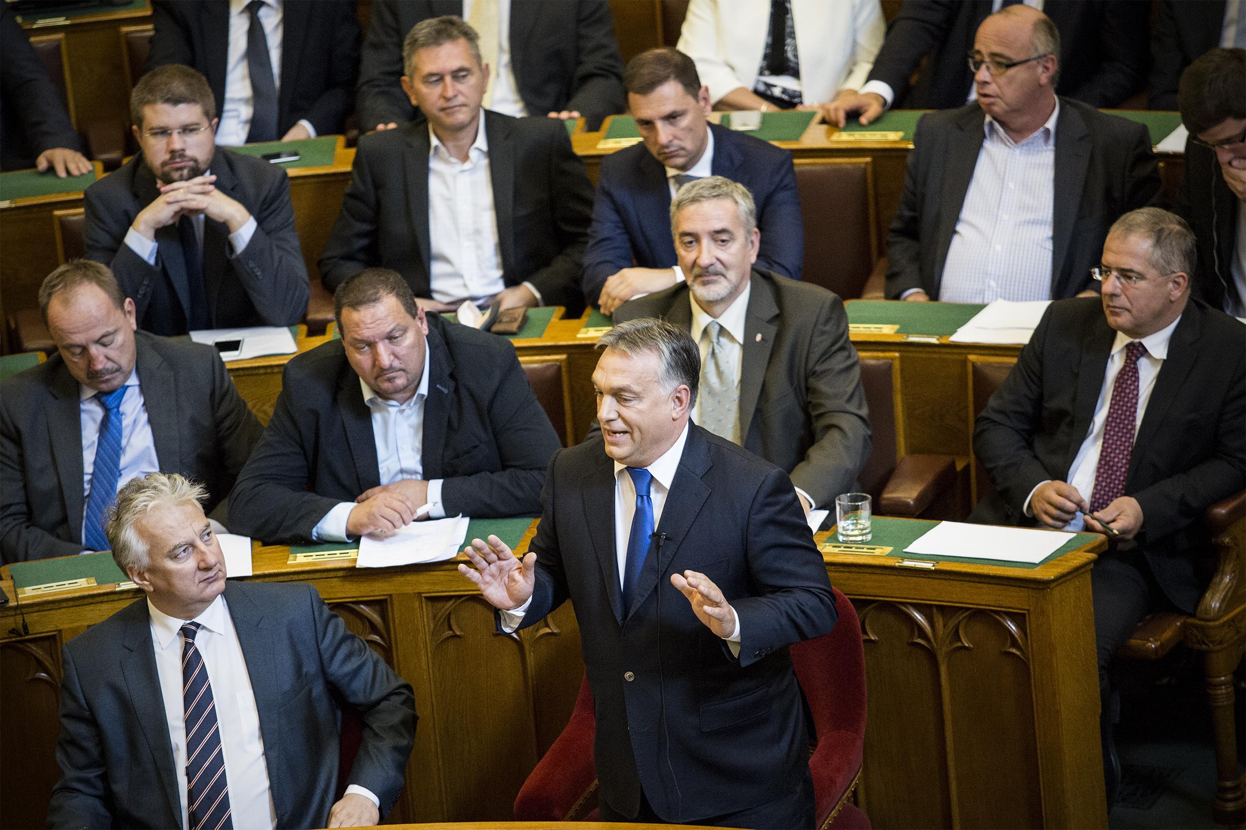 Orbán azért buzizik a parlamentben, hogy megmutassa: ő egy közülünk