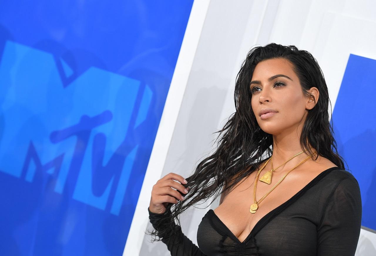 Kim Kardashian tagadja, hogy lopott antik római szobrot vásárolt volna