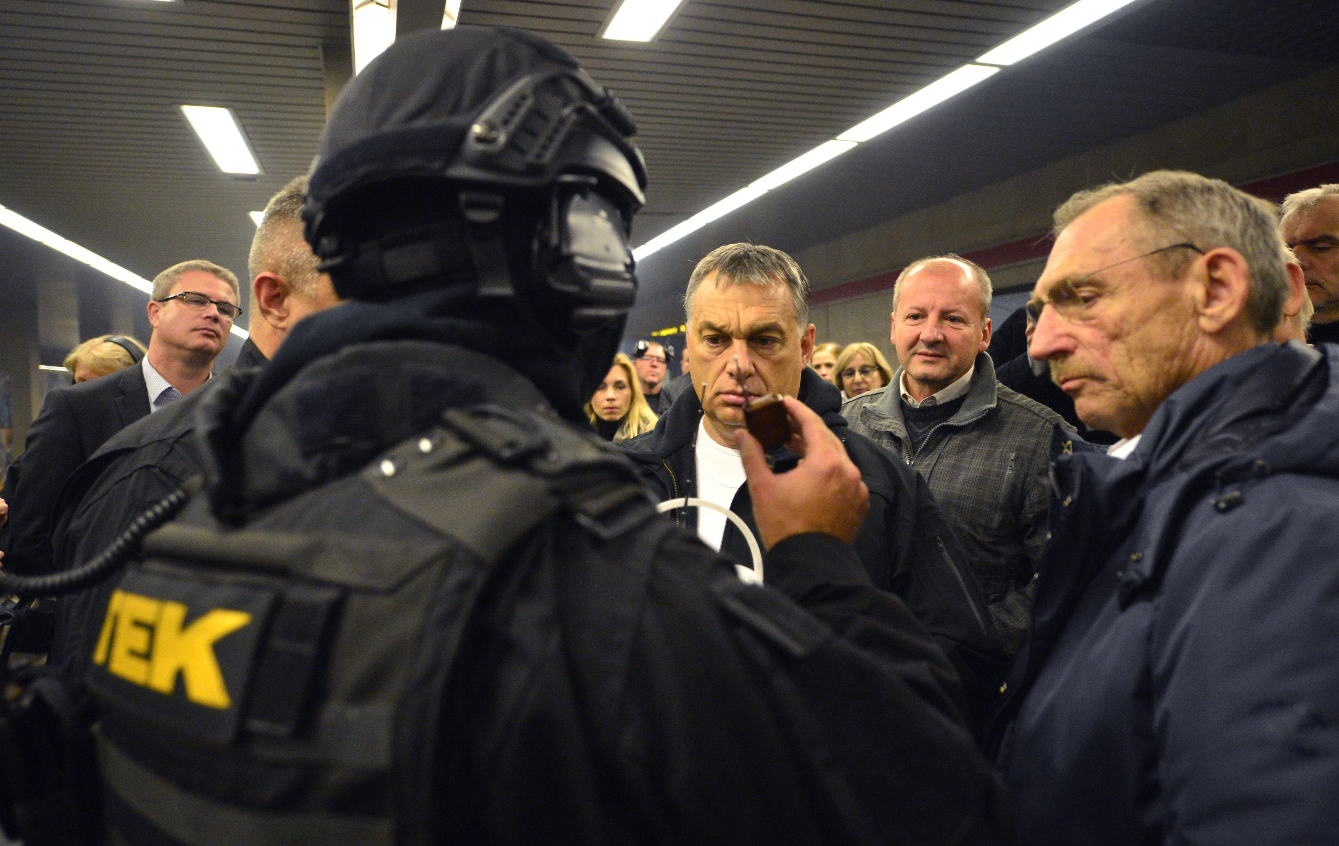 Orbán előtt parádézott a TEK a metróban