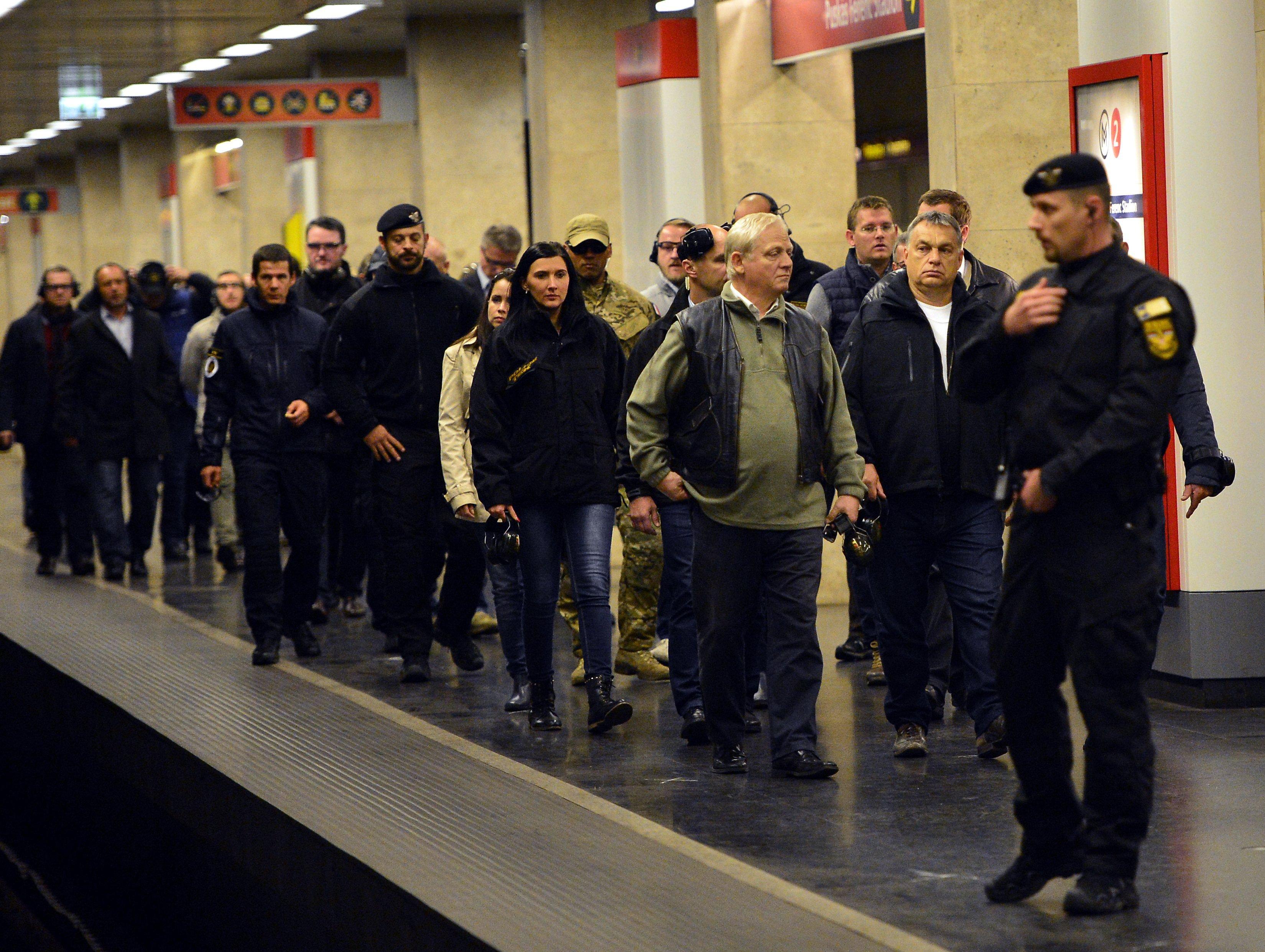 A magyar hatóságok a belgáktól tudták meg, hogy valaki 200 ezer SIM kártyát vásárolt hamis névre Magyarországon, és ezeknek egy része terroristákhoz került