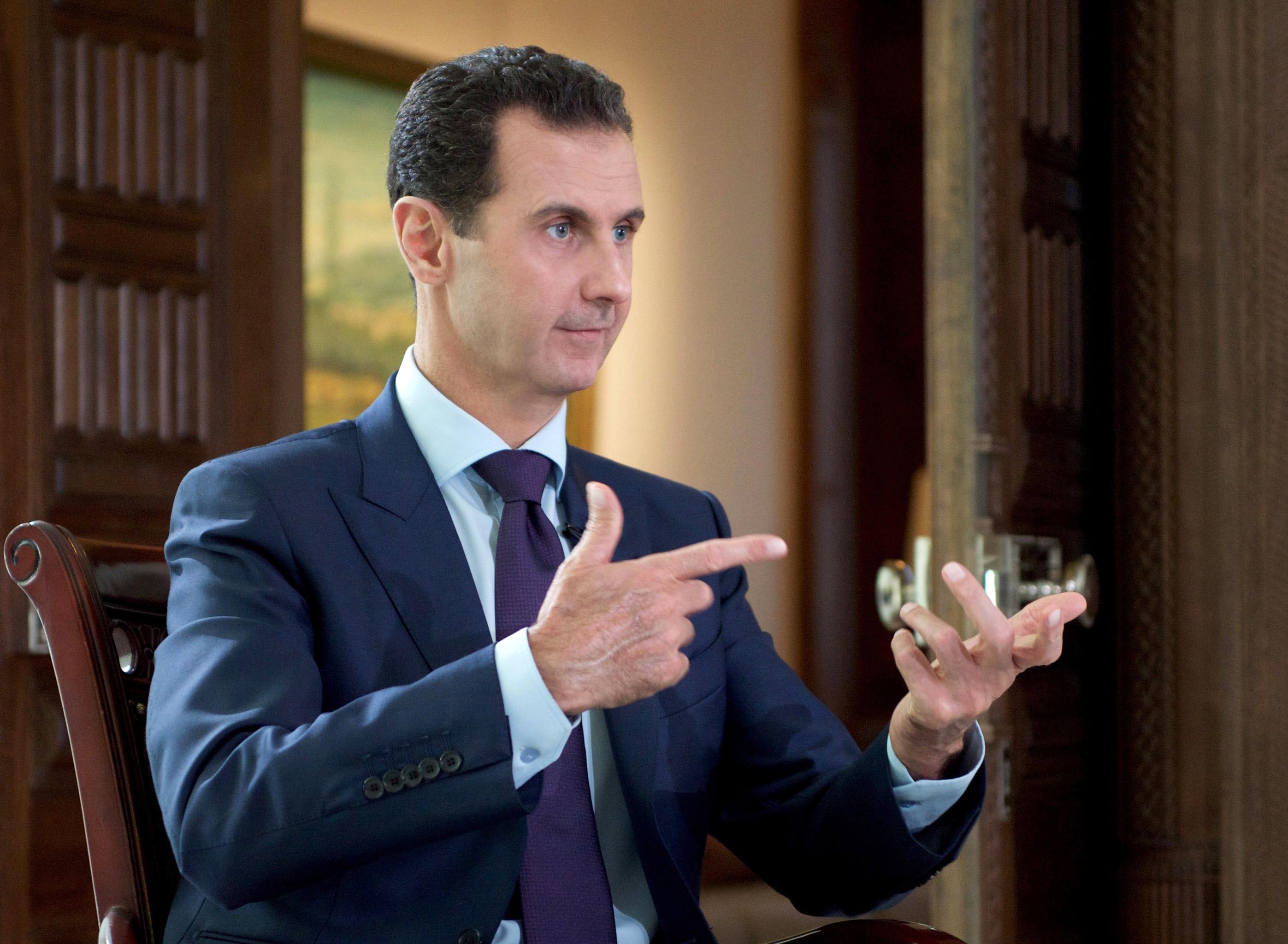 Emberiesség elleni bűncselekményekkel vádolják Aszad két emberét, akik menekültként érkeztek Németországba