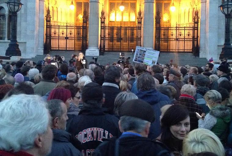 A Kossuth téren tüntetnek a Népszabadság bezárása miatt