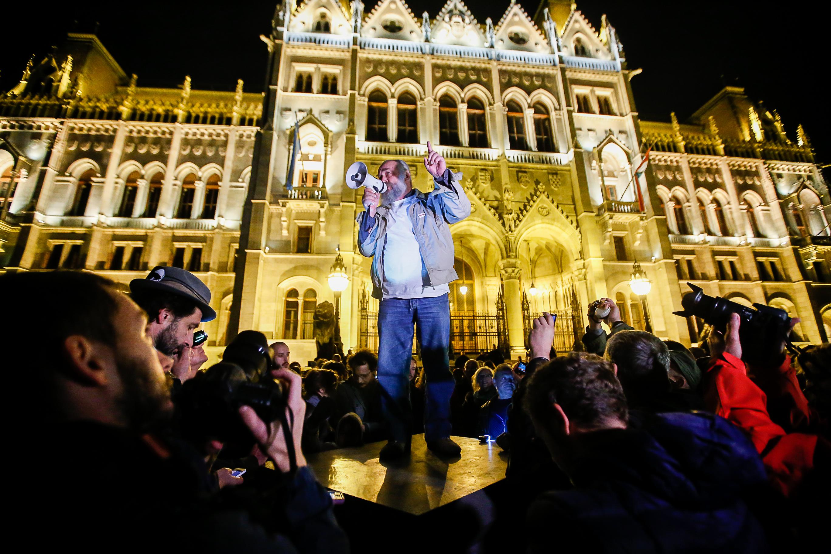 """""""Egész Magyarországgal kibasztak, hogy a saját zsebük tele legyen"""" - már nem csak a Népszabadságról szól a tüntetés"""