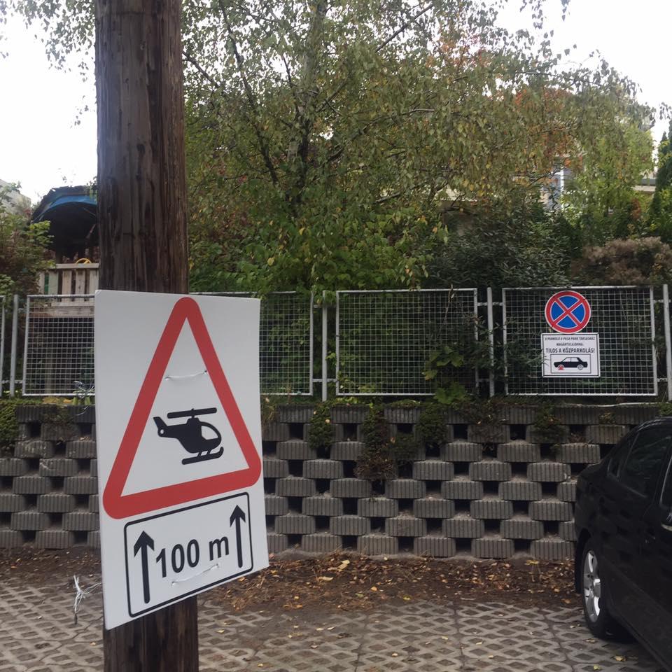Különös tábla tűnt fel a Rogán Antal Pasa Parkjánál