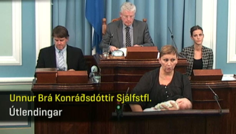 Szoptatás közben szólalt fel egy izlandi képviselőnő