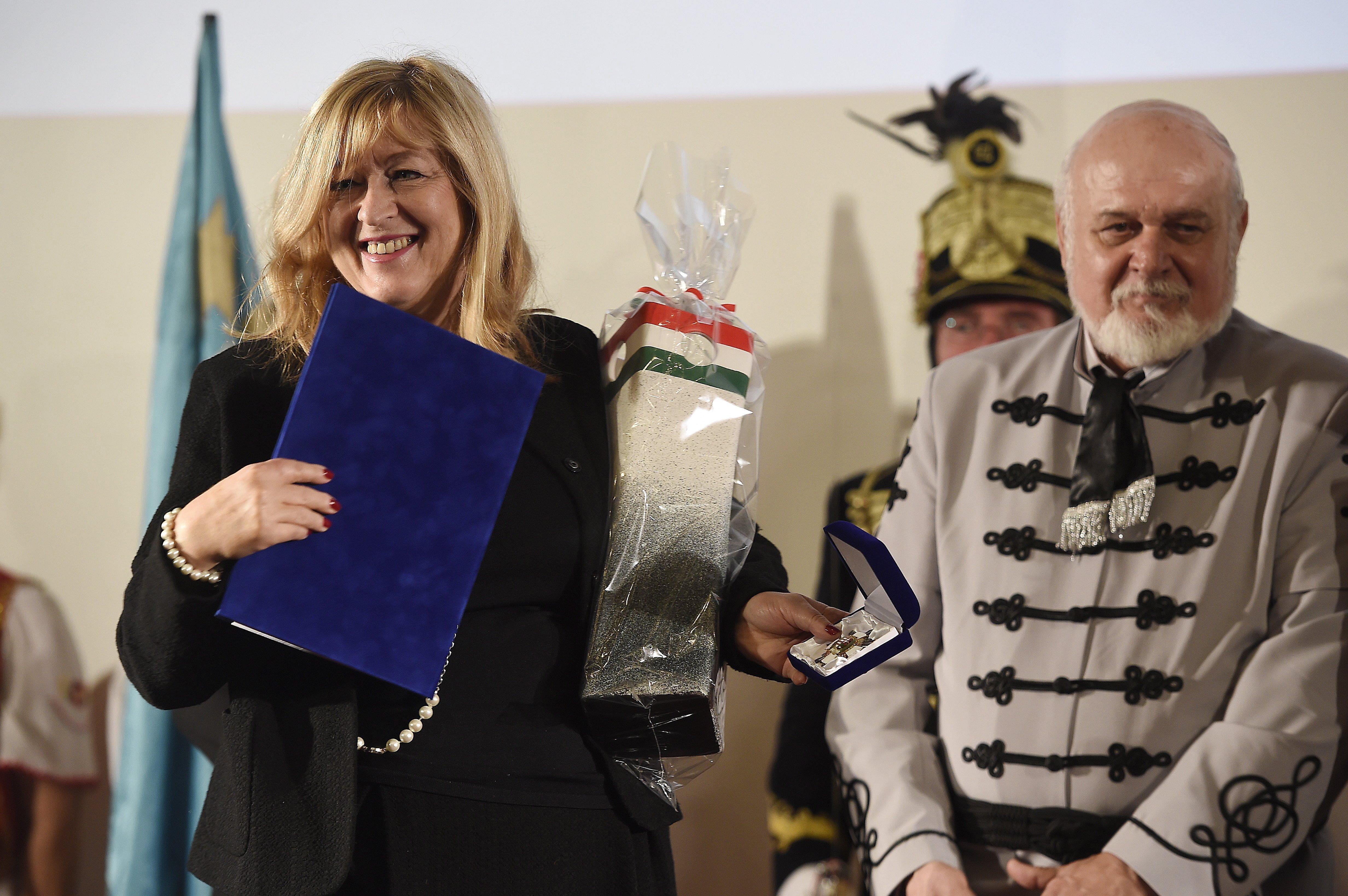 A XVIII. kerület kitüntette Schmidt Máriát, mert az ország az erőfeszítései révén méltóképpen emlékezhetett 56-ra