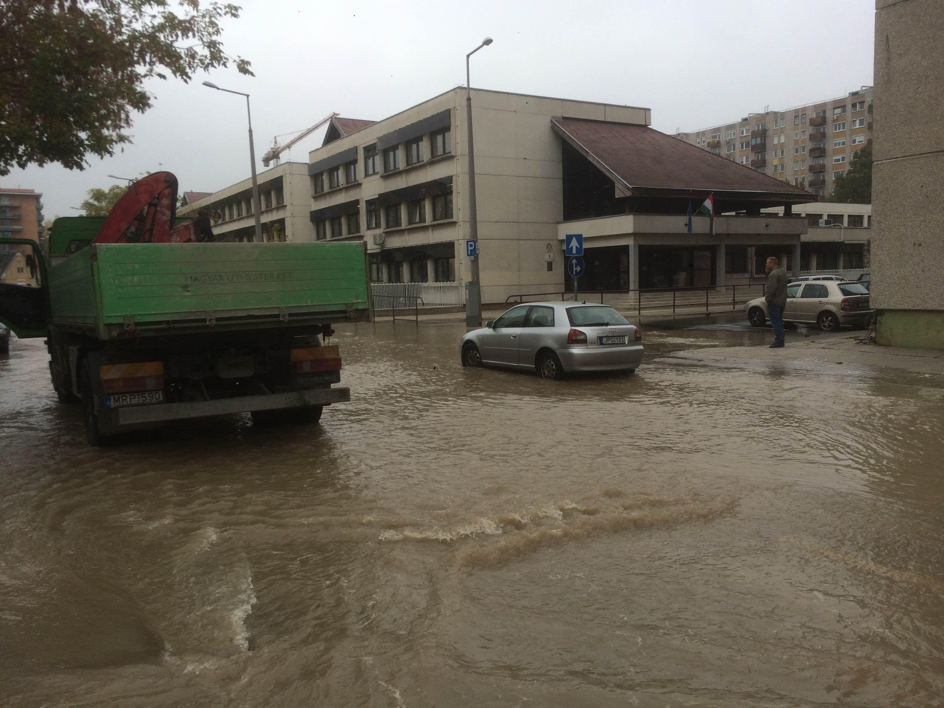 A Kárpát és a Dráva utca sarkán ömlik a víz